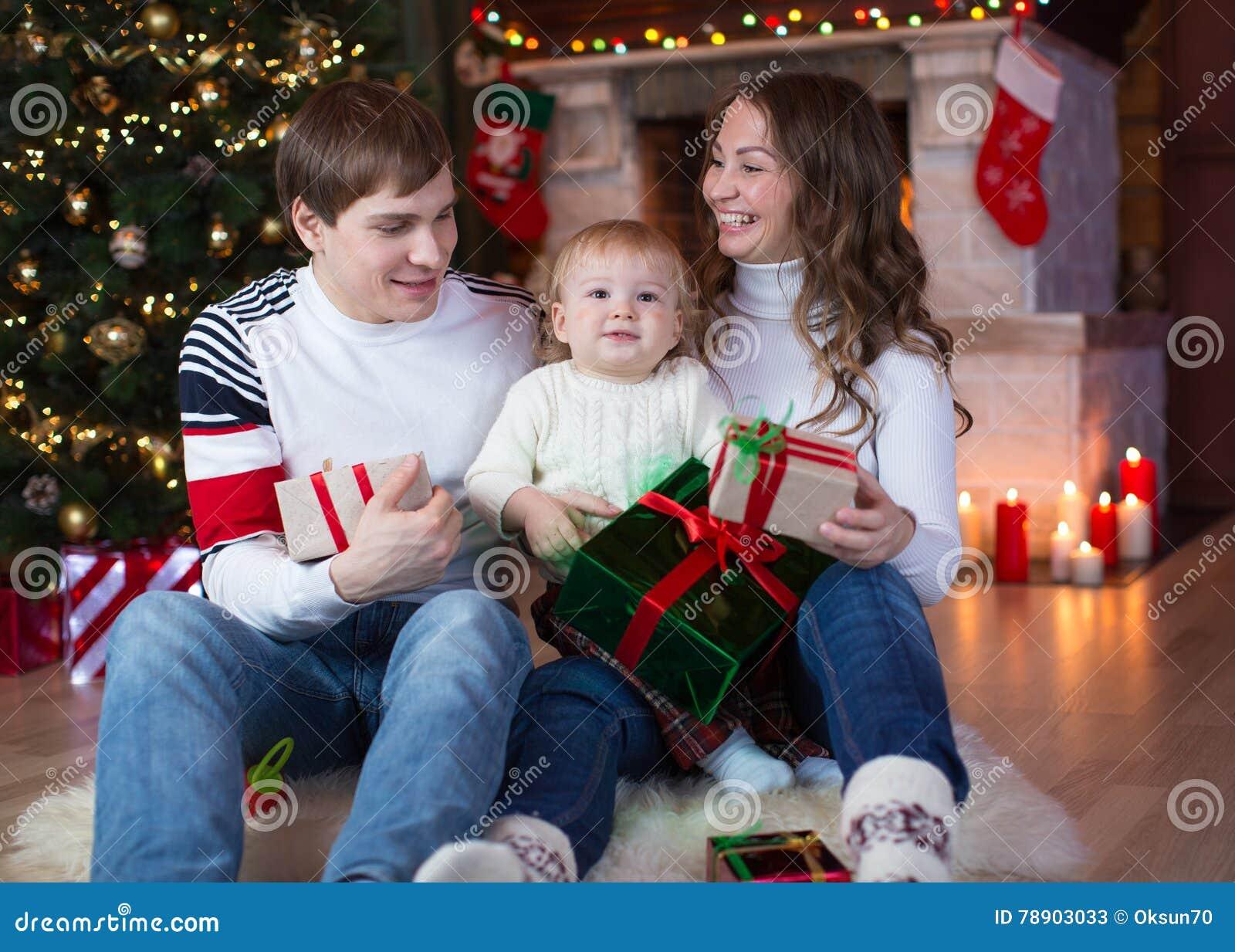 Regali Di Natale Famiglia.Famiglia Che Scambia I Regali Davanti All Albero Di Natale