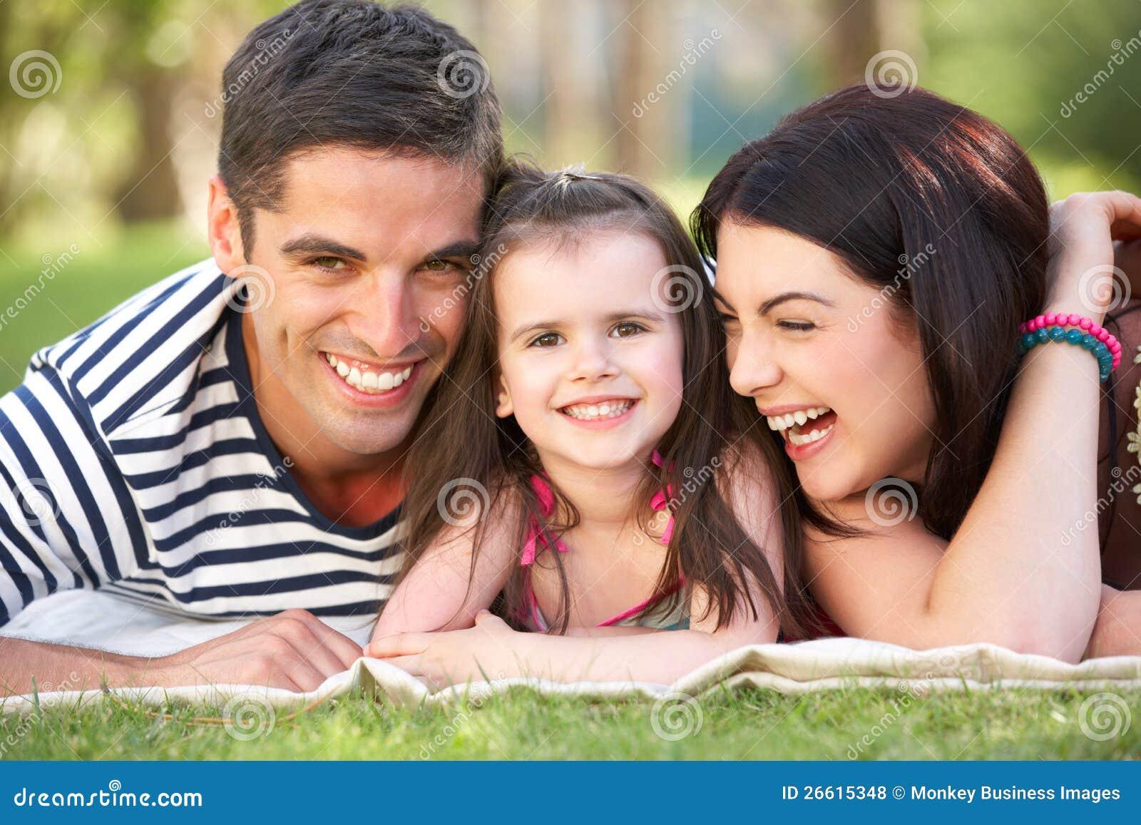 Famiglia che si distende nel giardino di estate