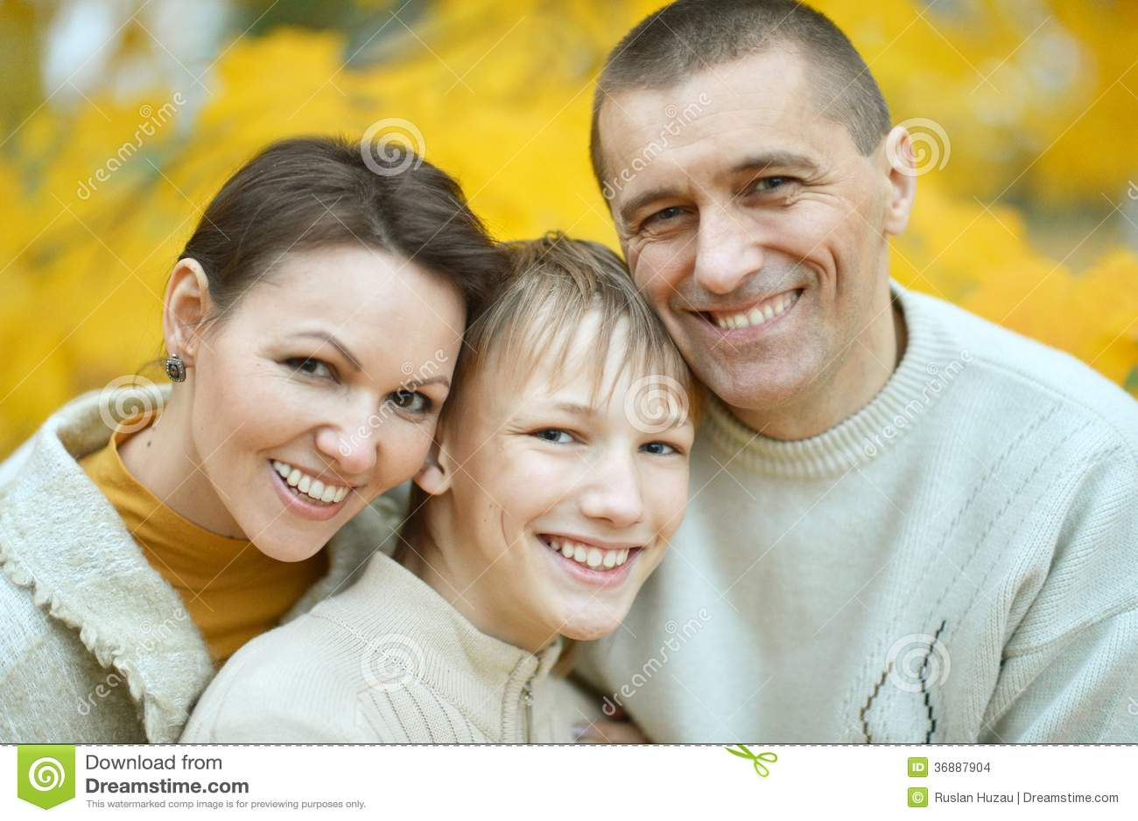 Download Famiglia Che Si Rilassa Insieme Fotografia Stock - Immagine di caucasico, esterno: 36887904