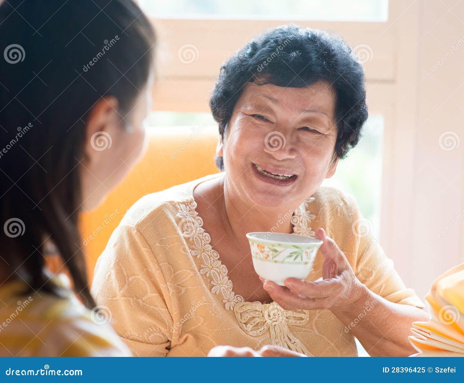Famiglia cinese asiatica che mangia prima colazione