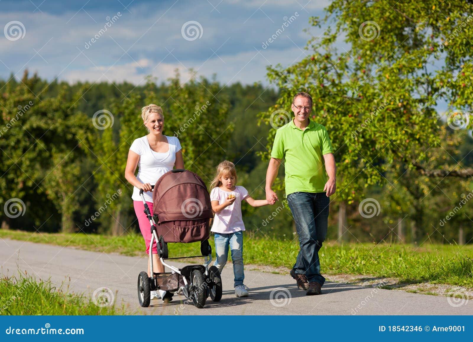 Famiglia con i bambini che hanno camminata