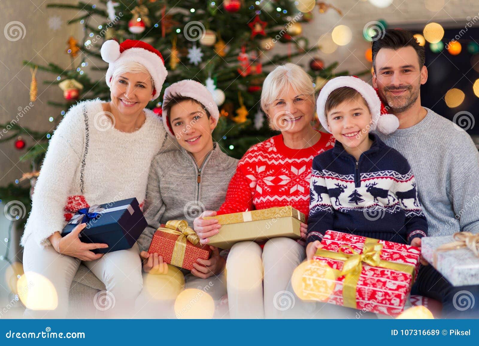 Regali Di Natale Famiglia.Famiglia Con I Regali Di Natale Immagine Stock Immagine Di Cinque