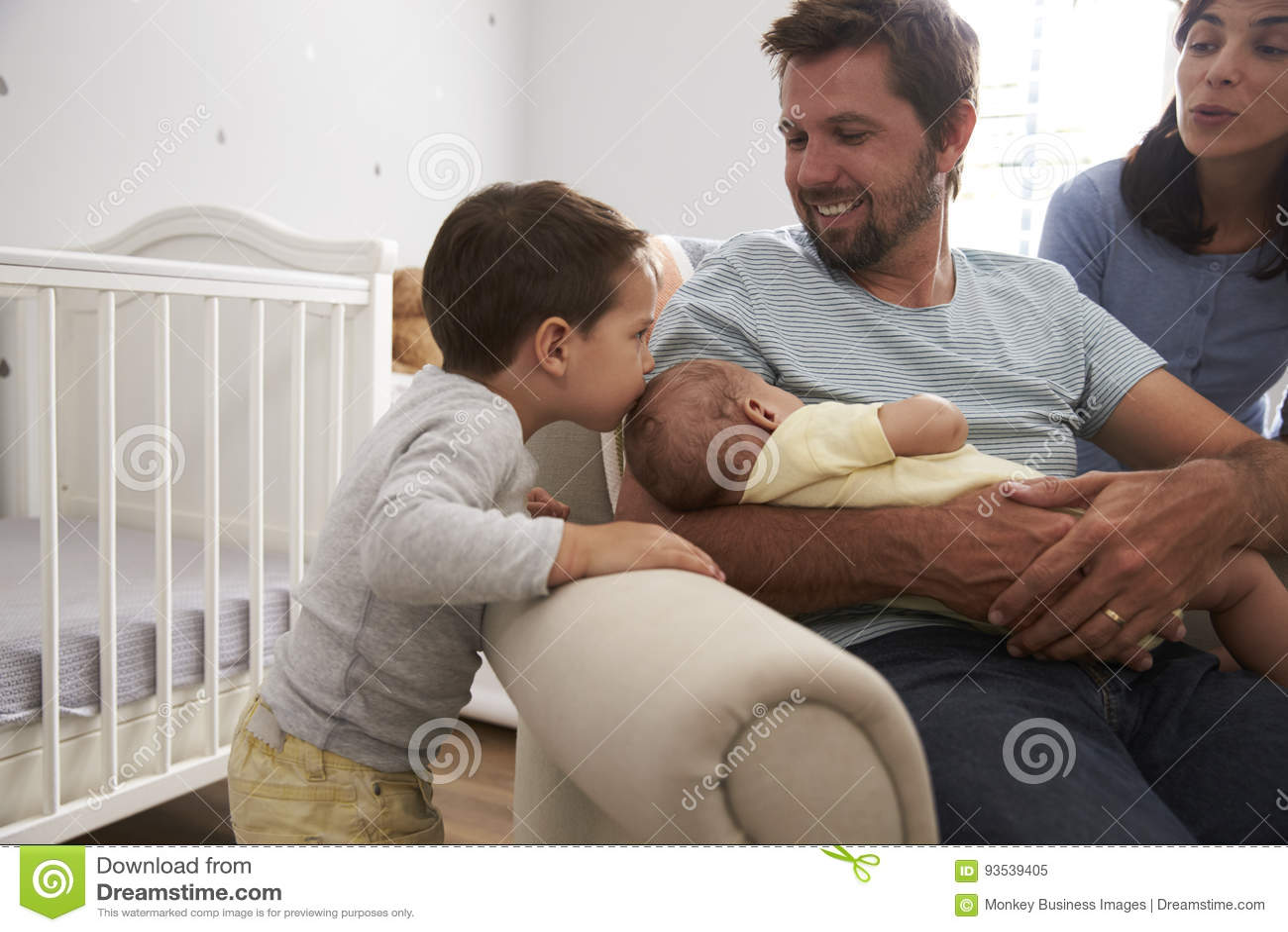 Famiglia con il figlio ed il fratello neonato In Nursery