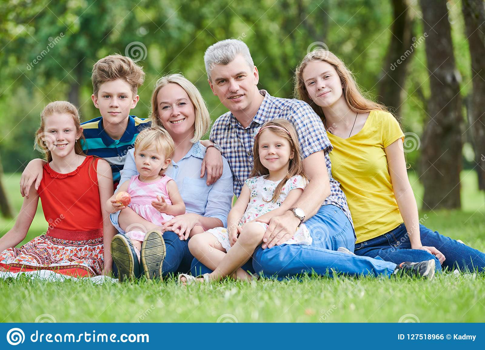 Famiglia con molti bambini all aperto