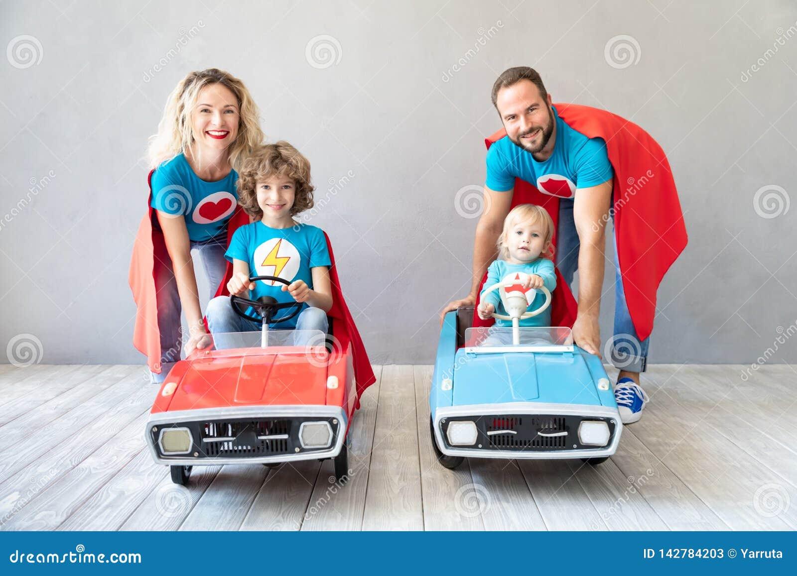 Famiglia dei supereroi che giocano a casa