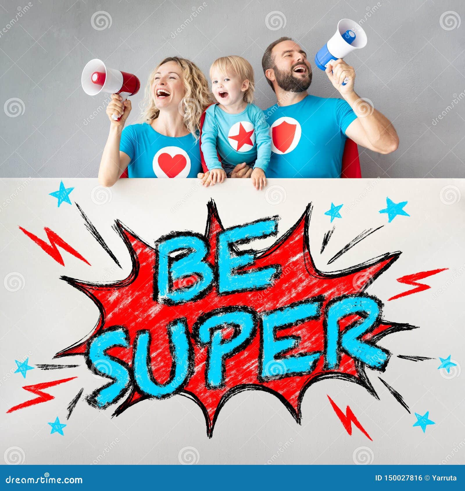 Famiglia dei supereroi che tengono insegna