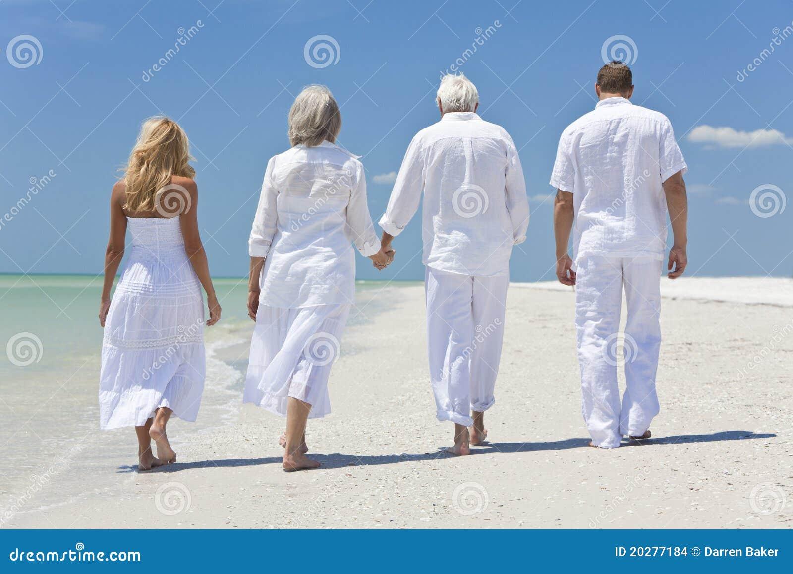 Famiglia delle generazioni degli anziani della gente che for Disegni della casa sulla spiaggia