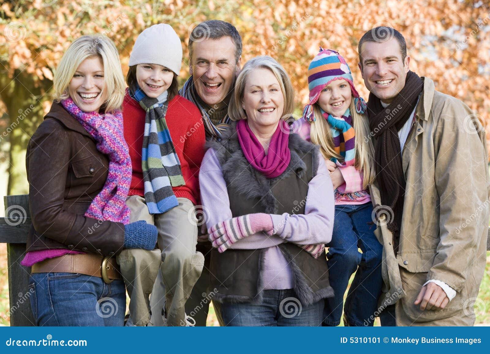 Download Famiglia Di Diverse Generazioni Sulla Camminata Di Autunno Immagine Stock - Immagine di generazione, orizzontale: 5310101