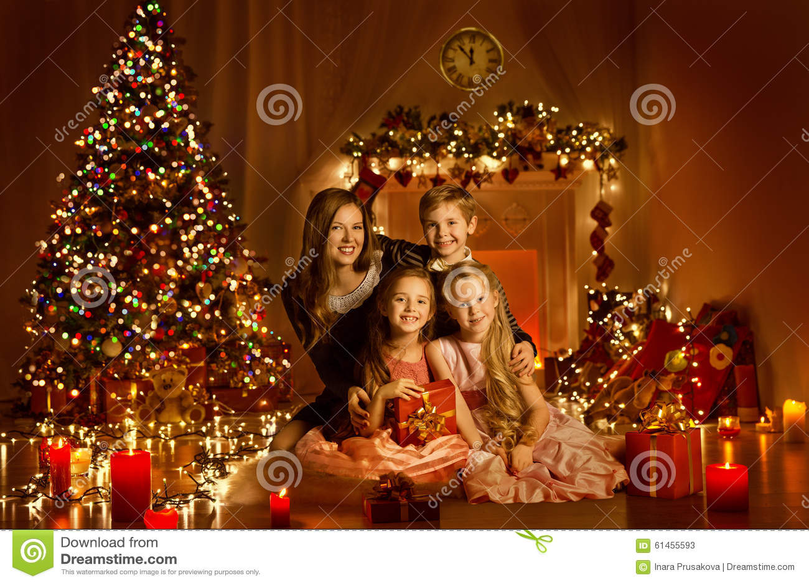 Famiglia di Natale nell aula magna decorata, luci dell albero di Natale