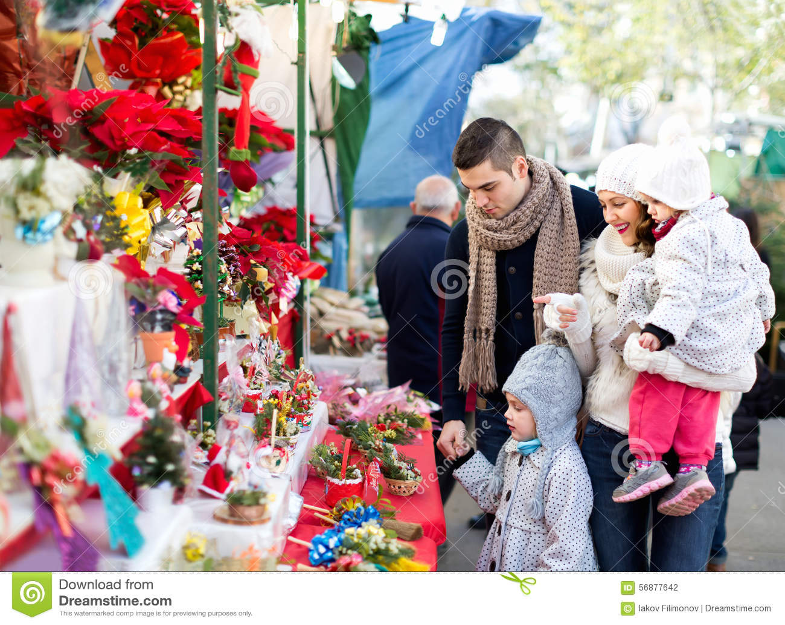 Famiglia di quattro al mercato di Natale