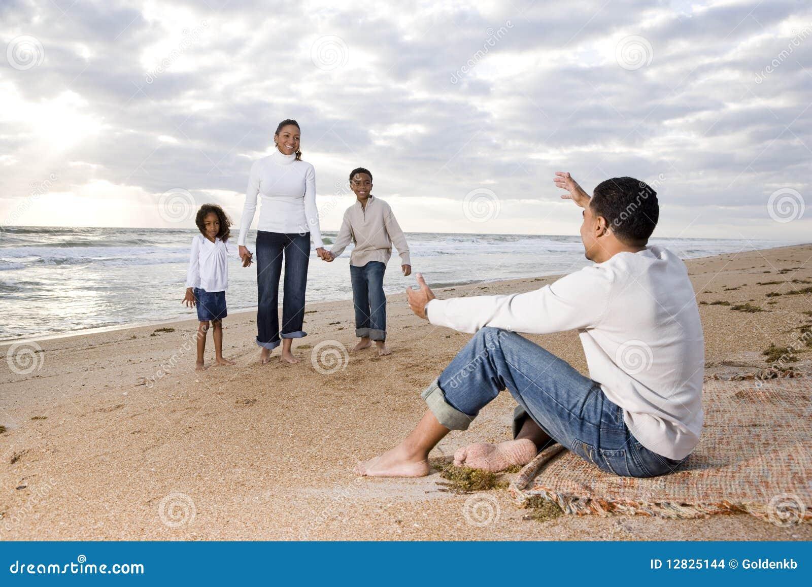 Famiglia di quattro felice del African-American sulla spiaggia