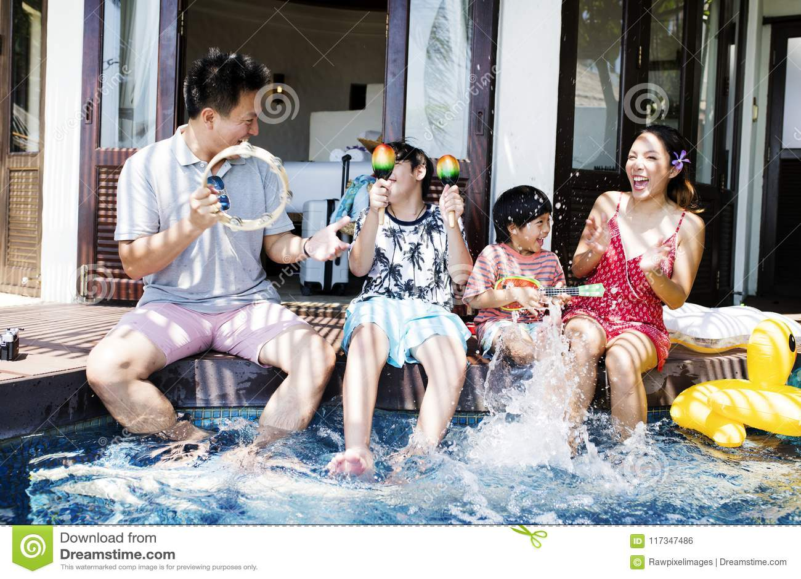 Famiglia divertendosi insieme allo stagno