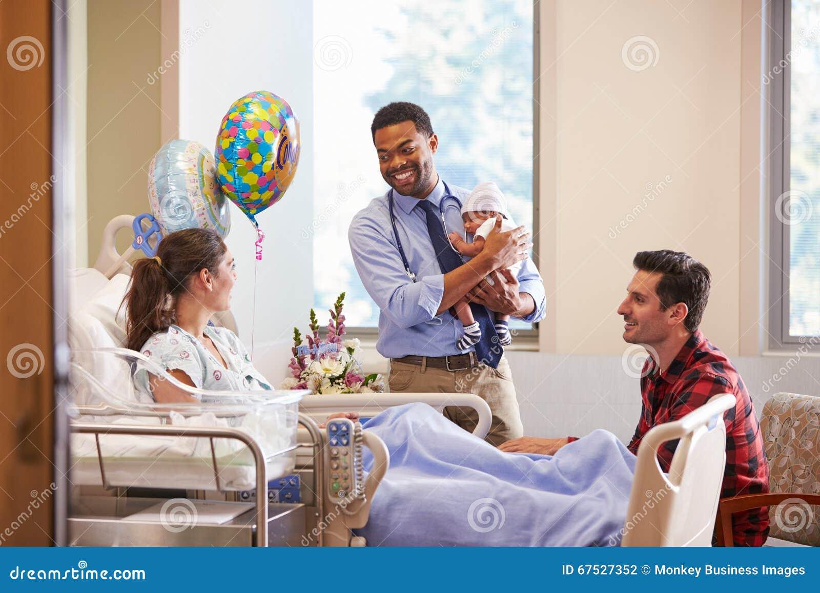 Famiglia e posta Natal Department del dottore With Baby In