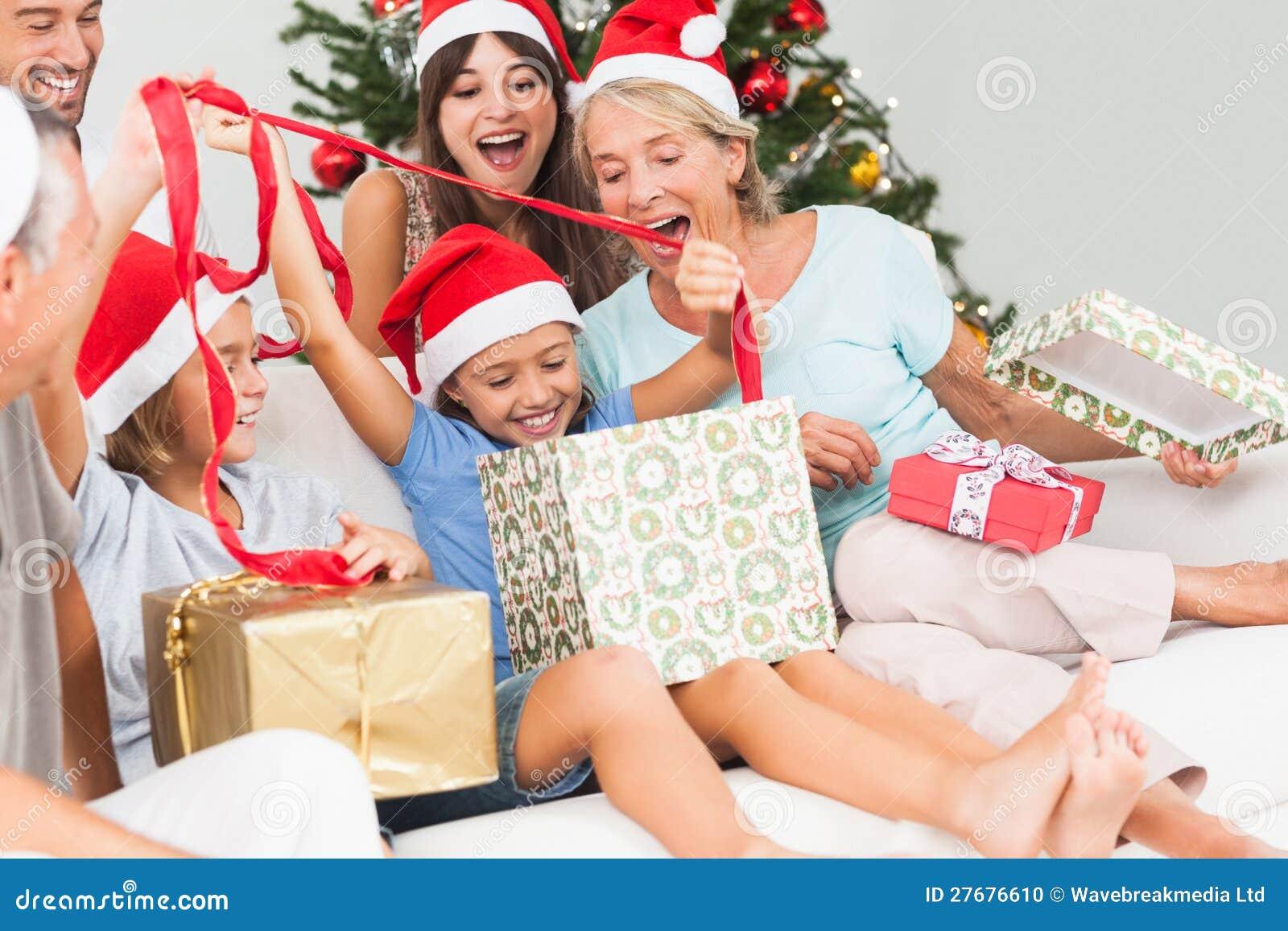 Regali Di Natale Famiglia.Famiglia Felice Ai Regali Di Apertura Di Natale Insieme