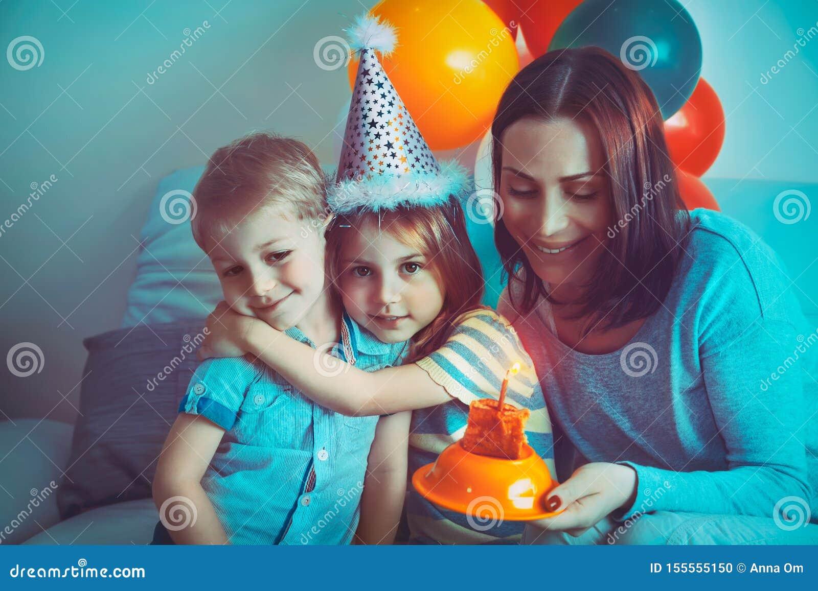Famiglia felice che celebra compleanno