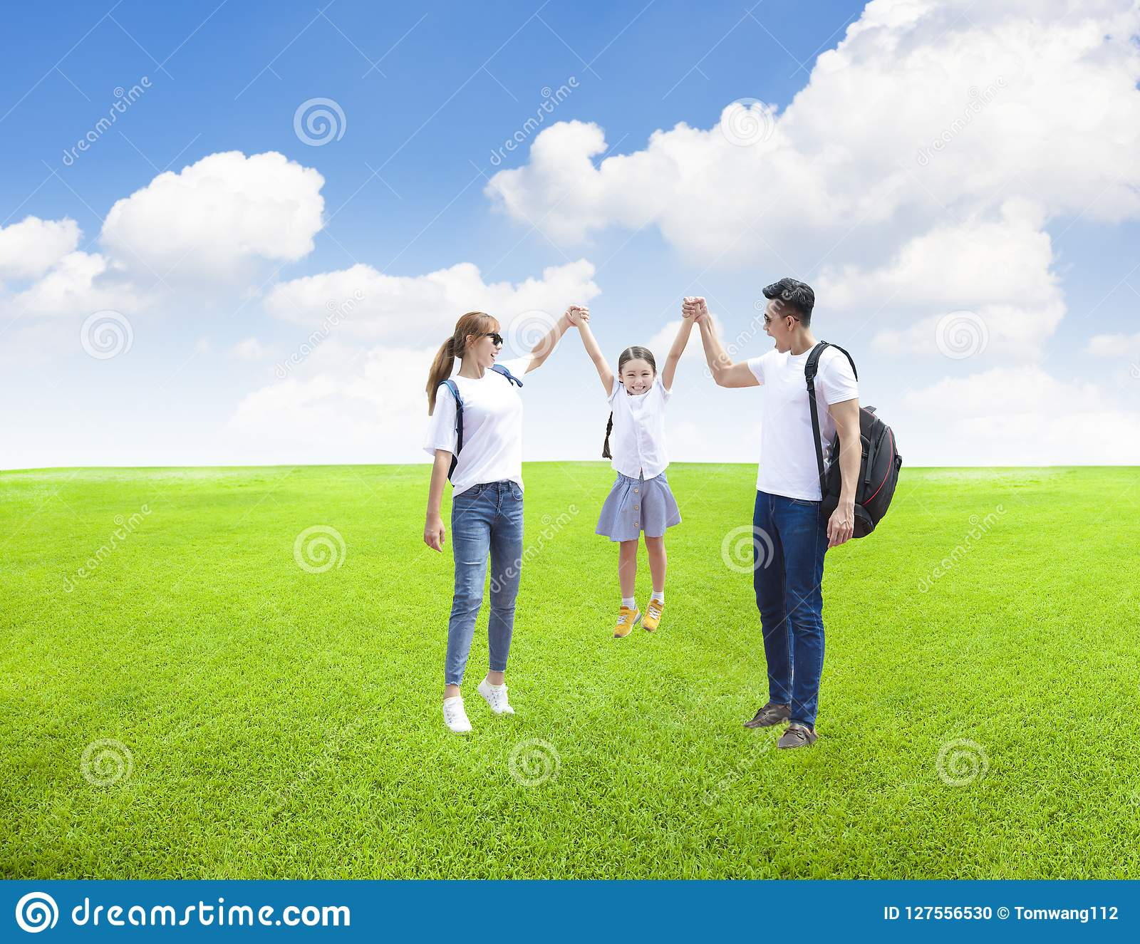 Famiglia felice che gioca con il bambino nel parco