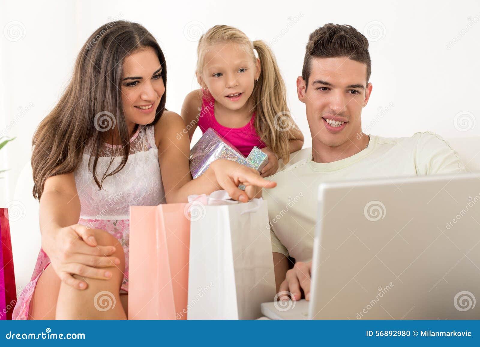 Famiglia felice che ha acquisto online