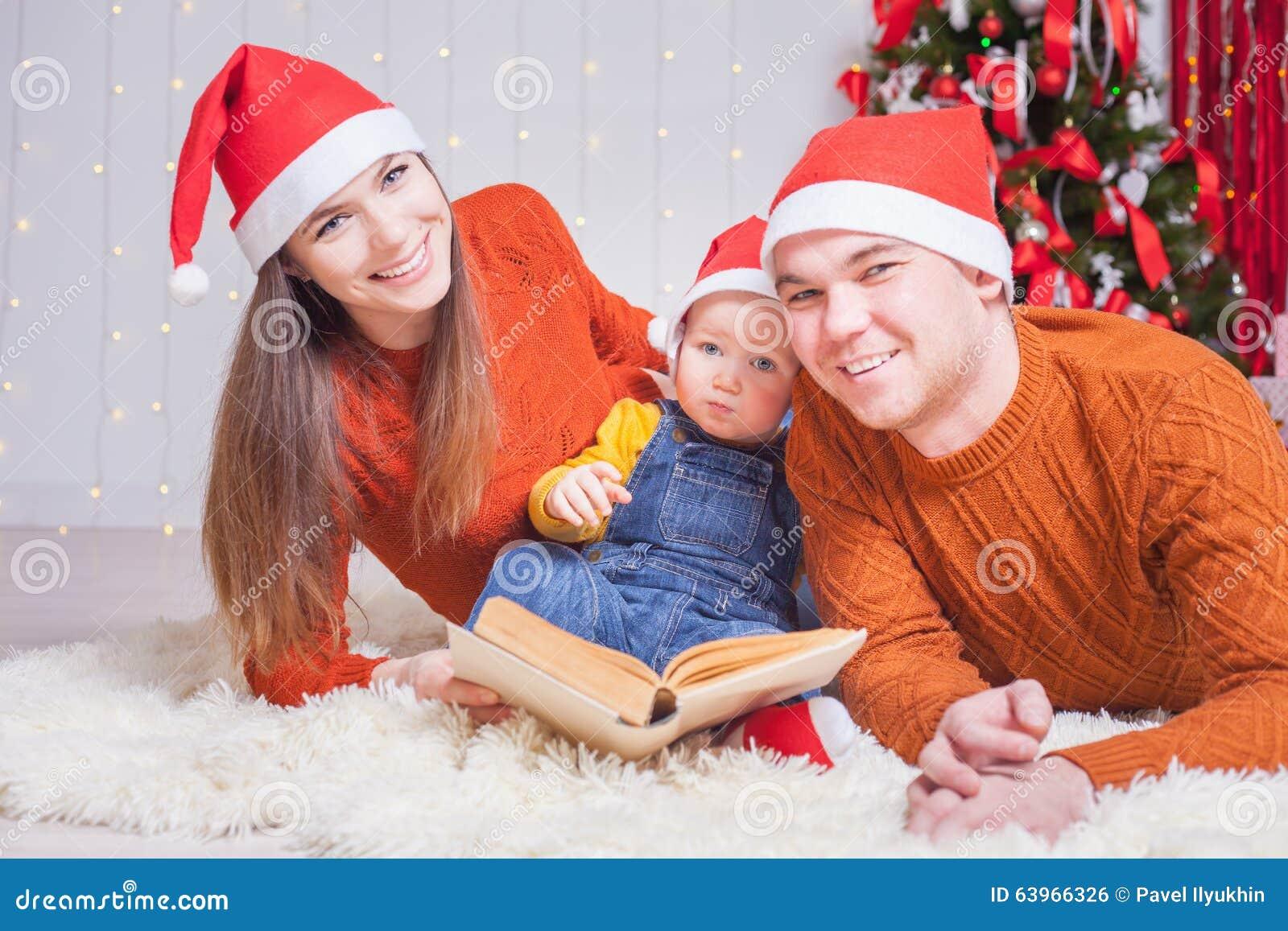 Famiglia Felice Che Legge Un Libro Con La Fiaba Di Natale Fotografia ... cfebf04df5b5