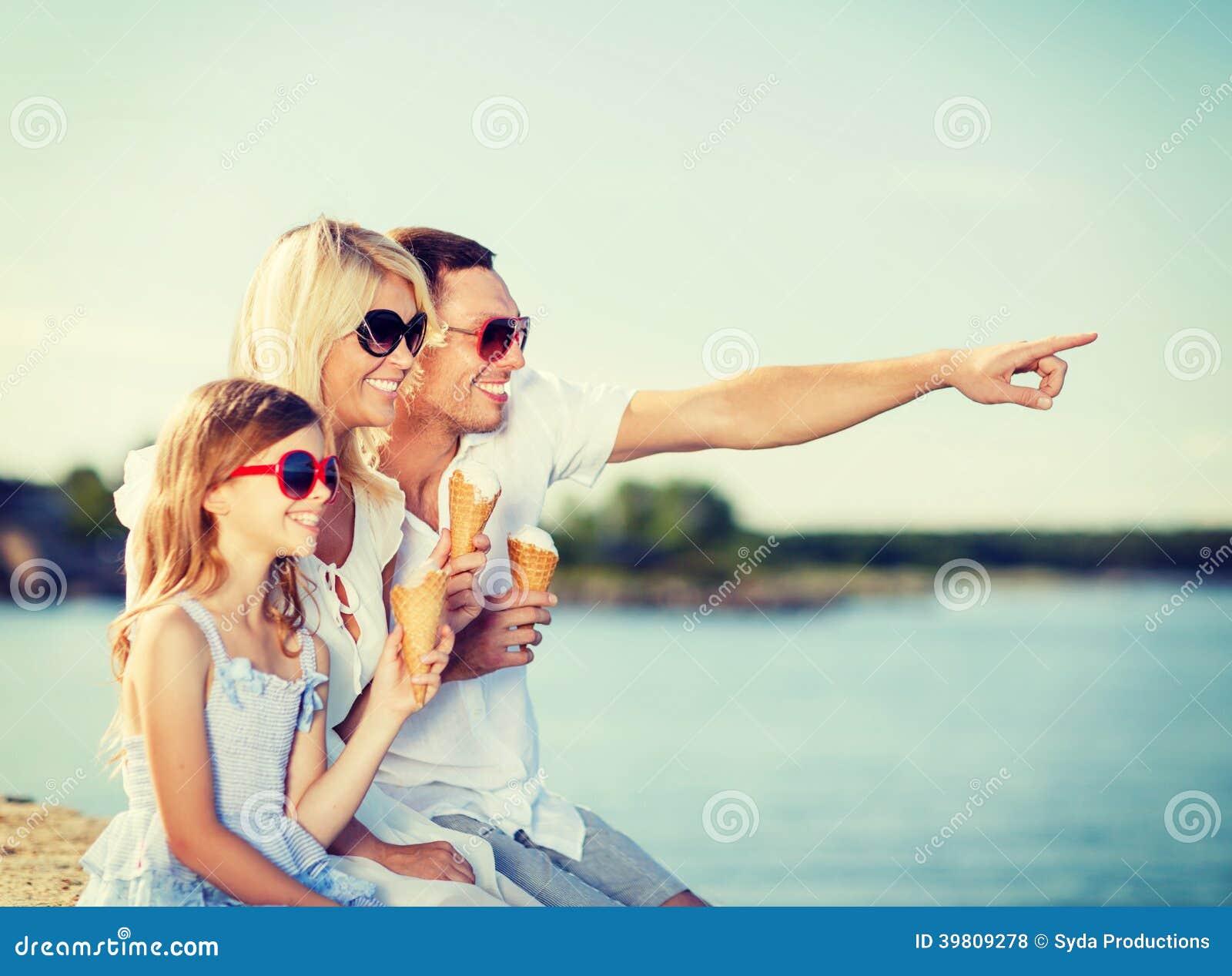 Dei bambini e della gente - famiglia felice che mangia il gelato