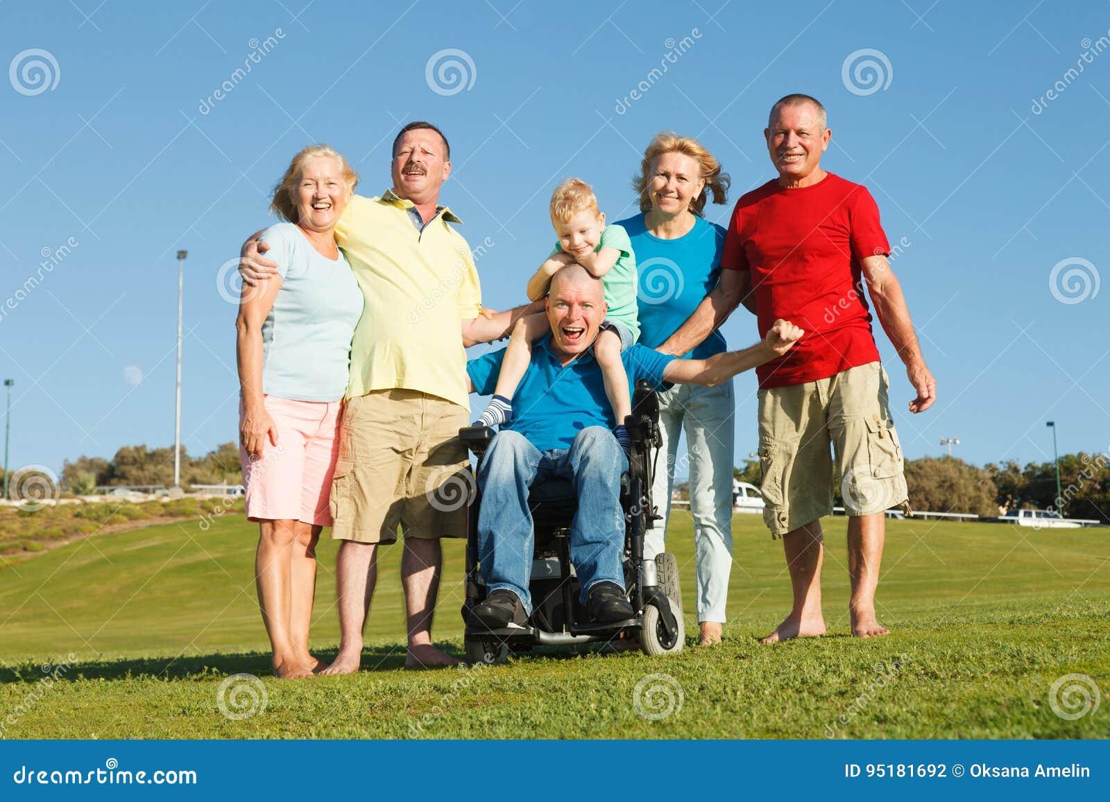 Famiglia felice che mostra unità