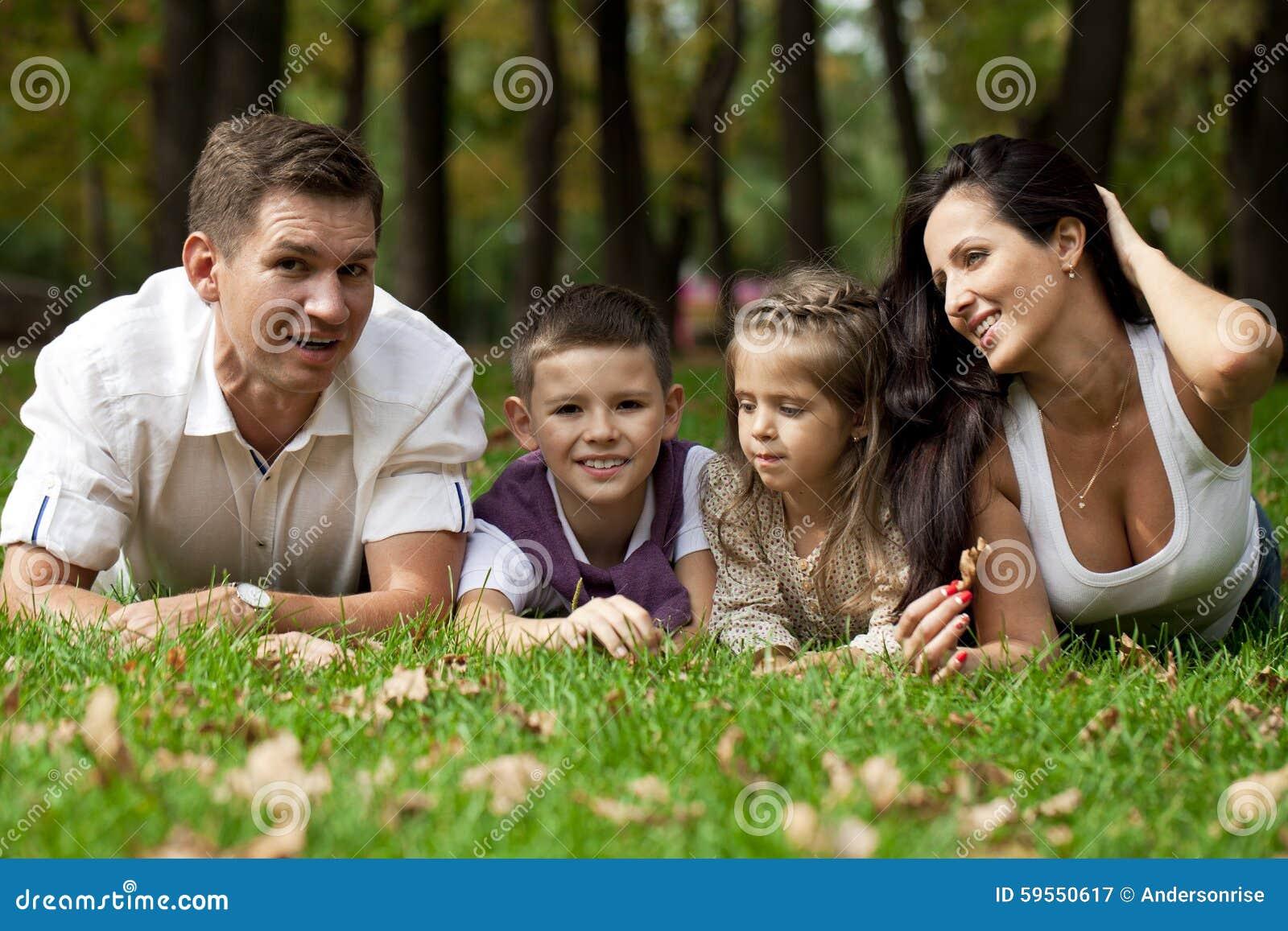 Famiglia felice che si trova giù nel giardino