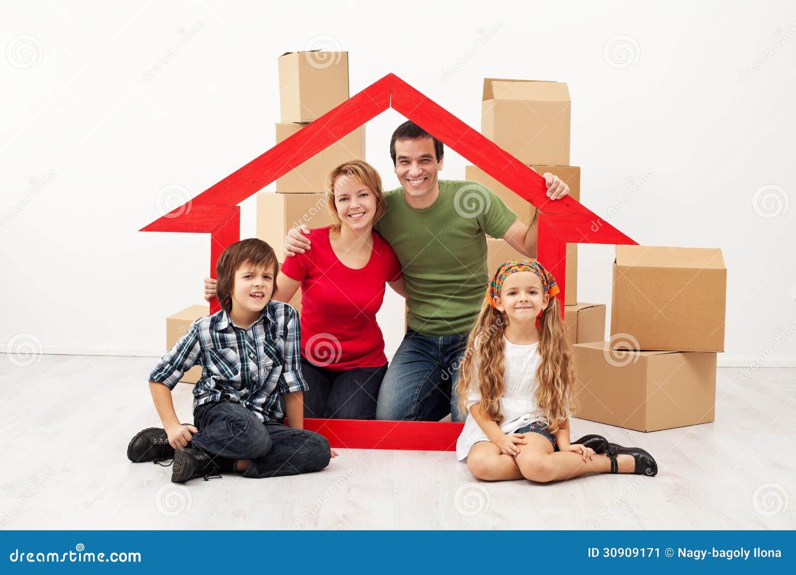 Famiglia felice con i bambini che entrano in una nuova casa