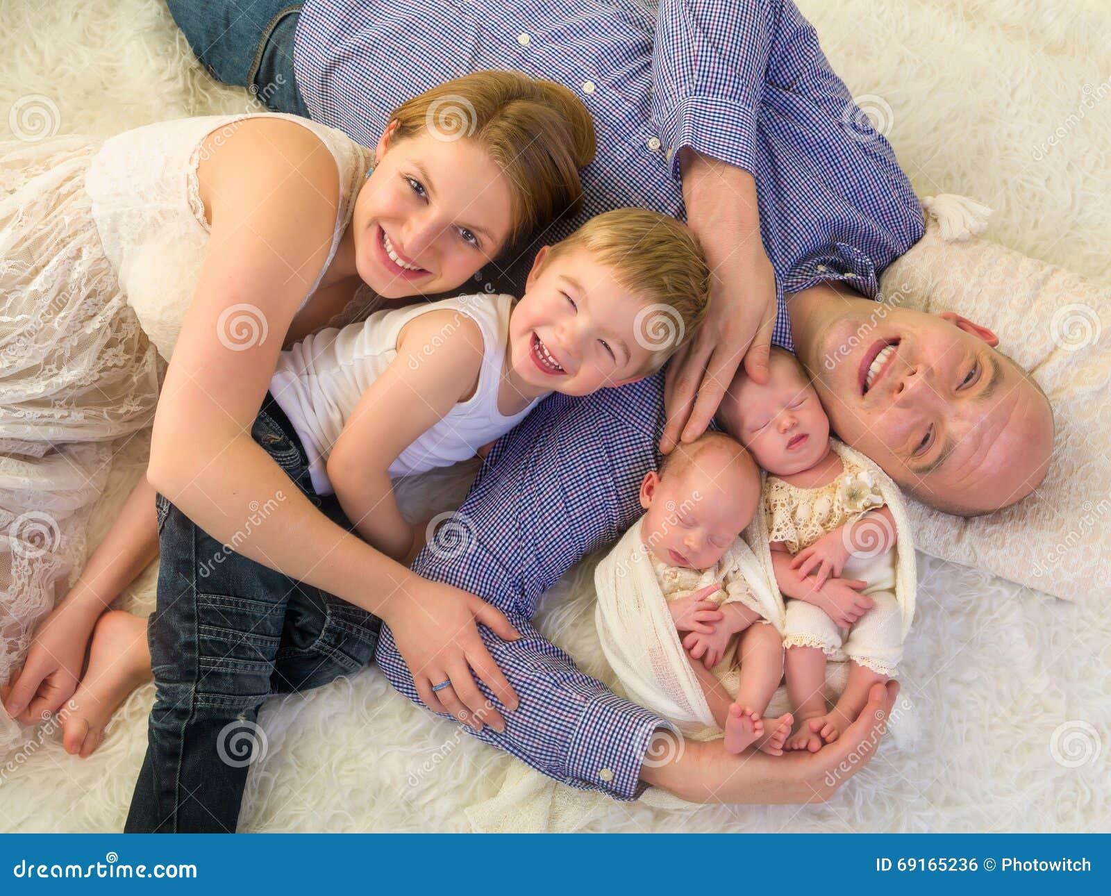 Conosciuto Famiglia Felice Con I Gemelli Neonati Fotografia Stock - Immagine  OH84