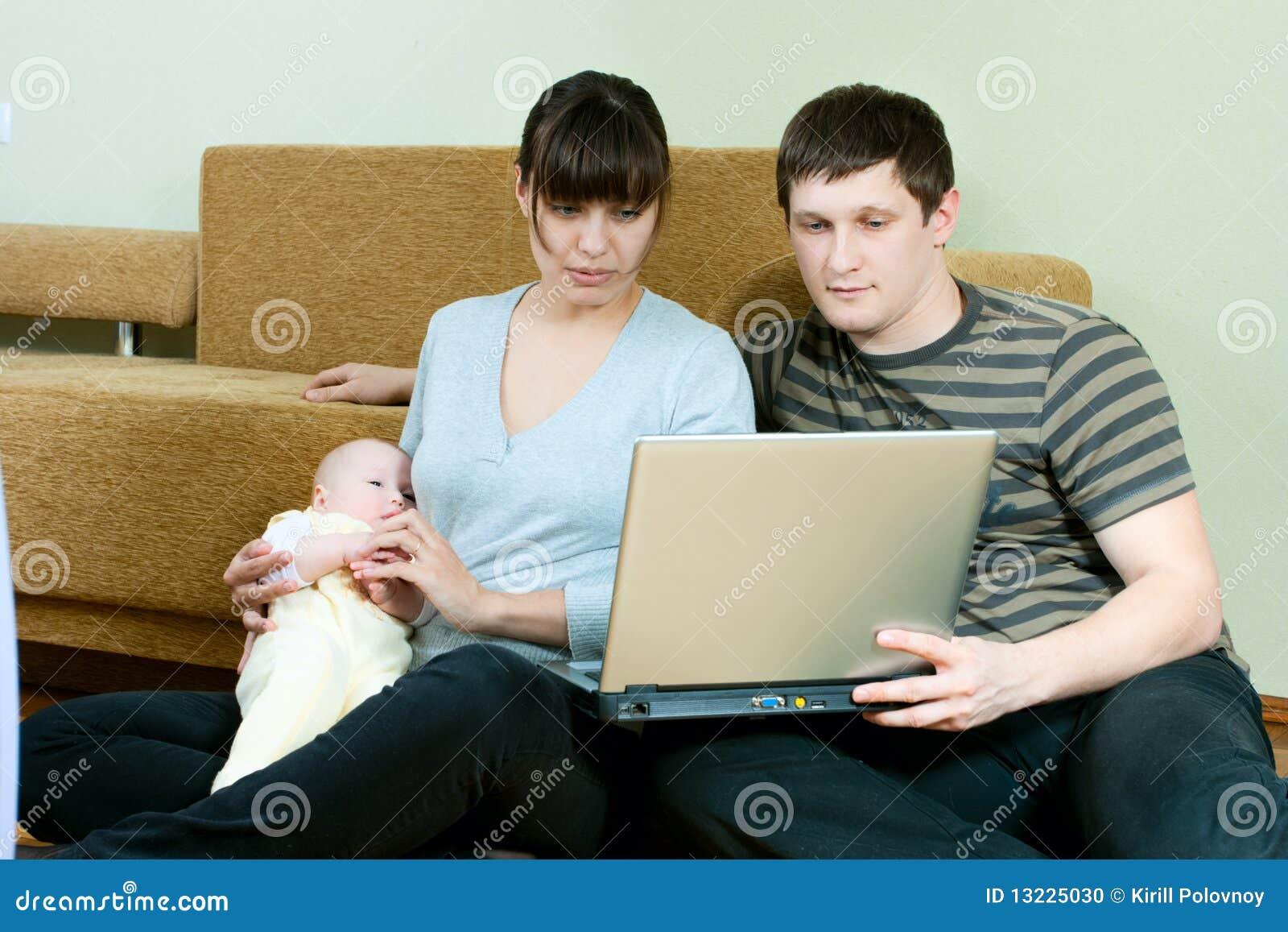Famiglia felice con il computer portatile