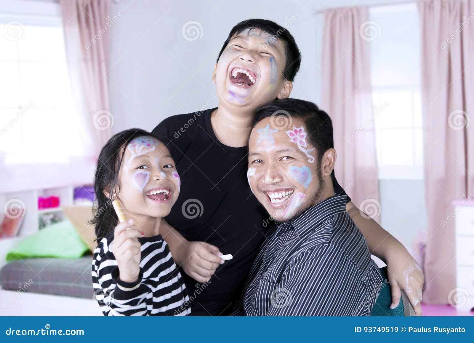 Famiglia felice con il fronte dipinto