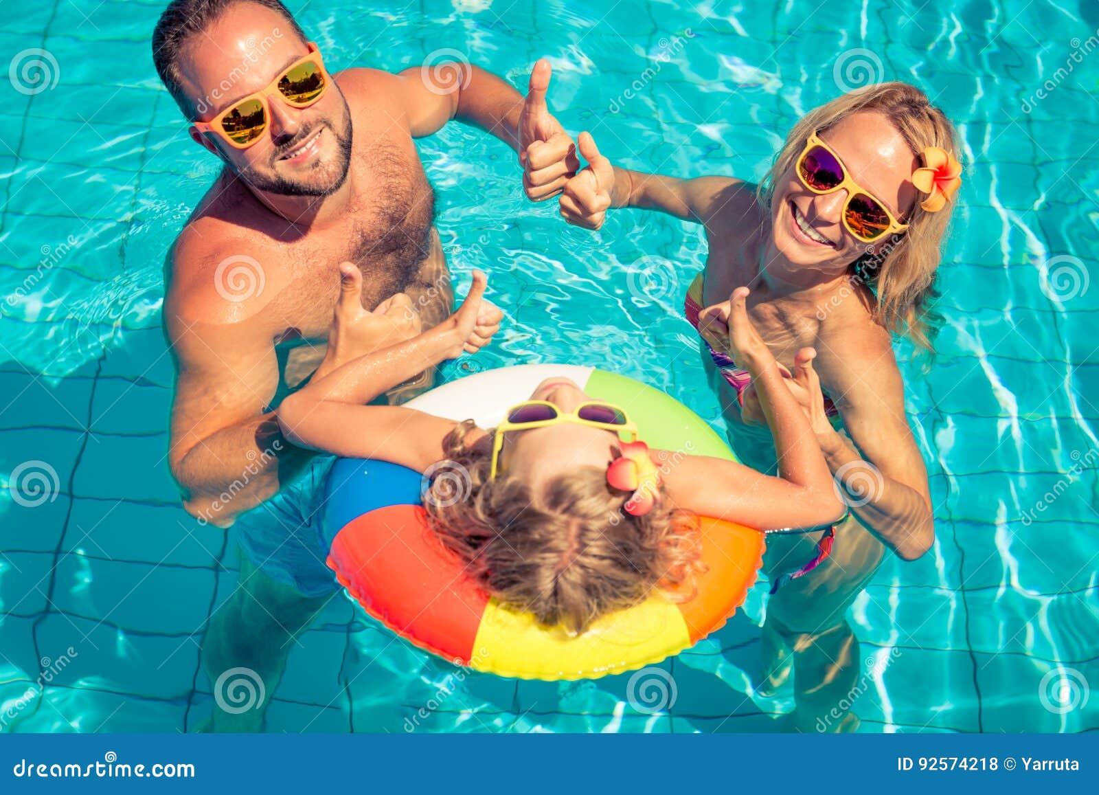 Famiglia felice divertendosi sulle vacanze estive