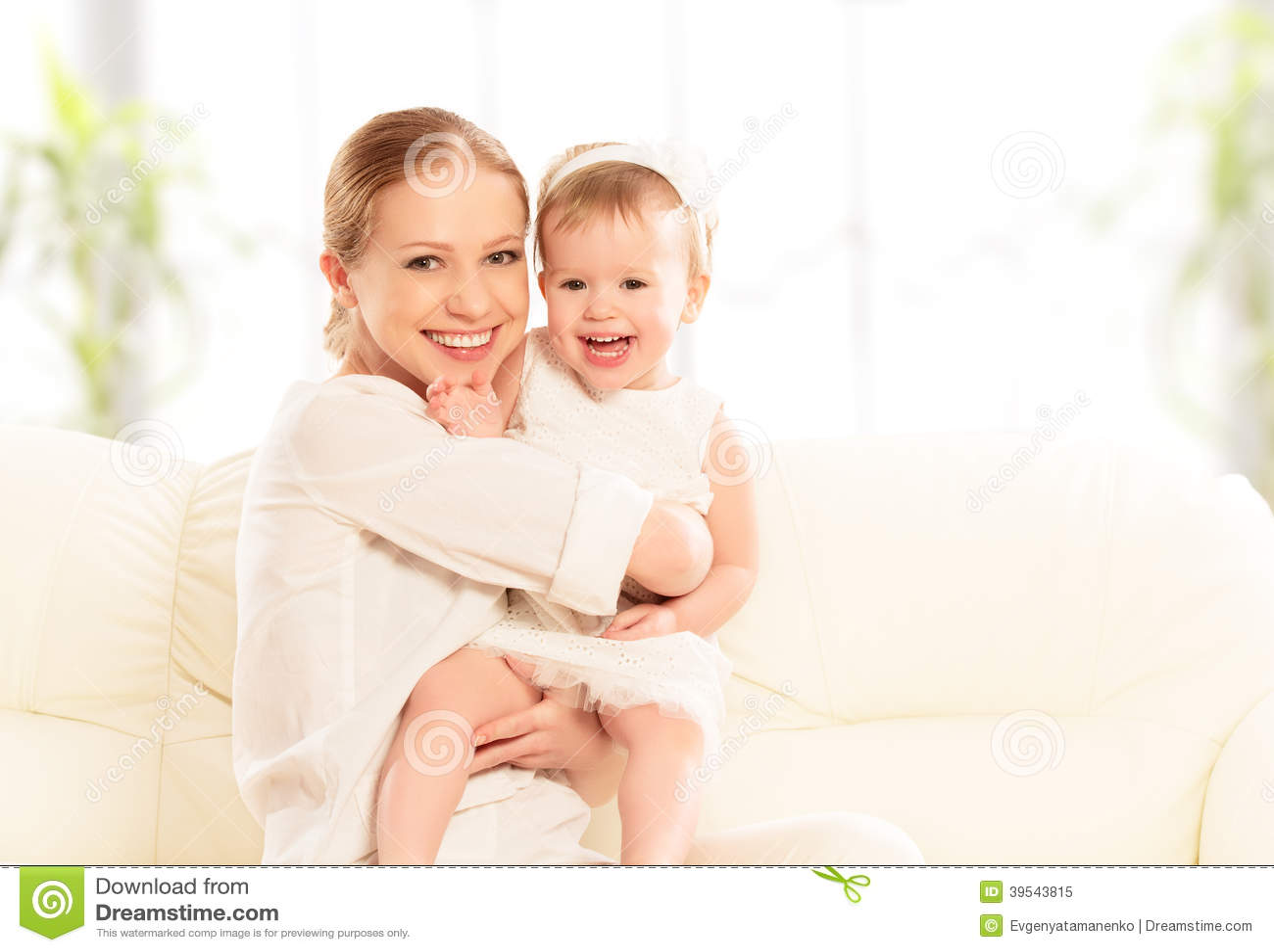 Famiglia felice. Giochi della figlia del bambino e della madre, abbracciare, baciante