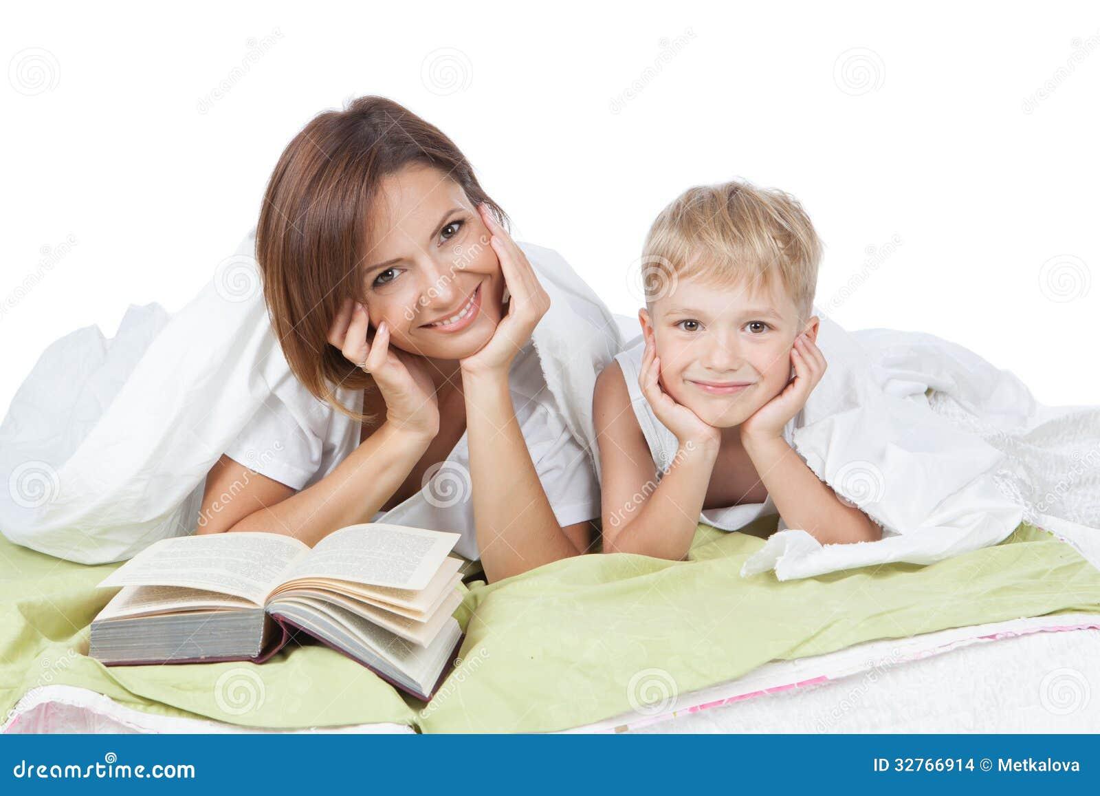 Madre e figlio che si trovano letto insieme stock images 200 photos - Giochi che si baciano a letto ...