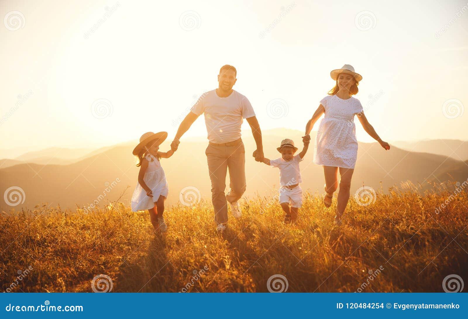 Famiglia felice: madre, padre, bambini figlio e figlia su sunse