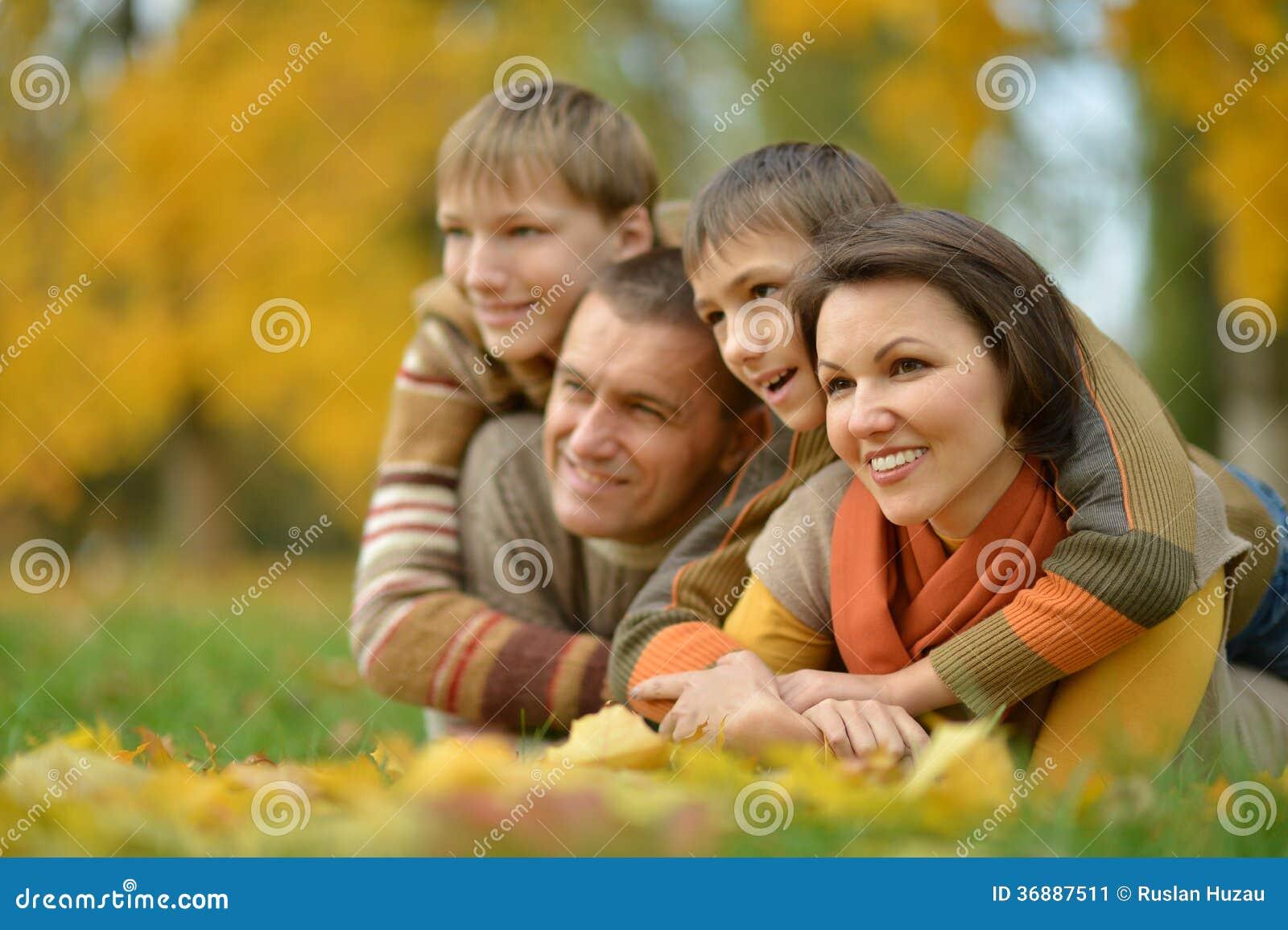 Download Famiglia Felice Nel Parco Di Autunno Immagine Stock - Immagine di coppie, background: 36887511