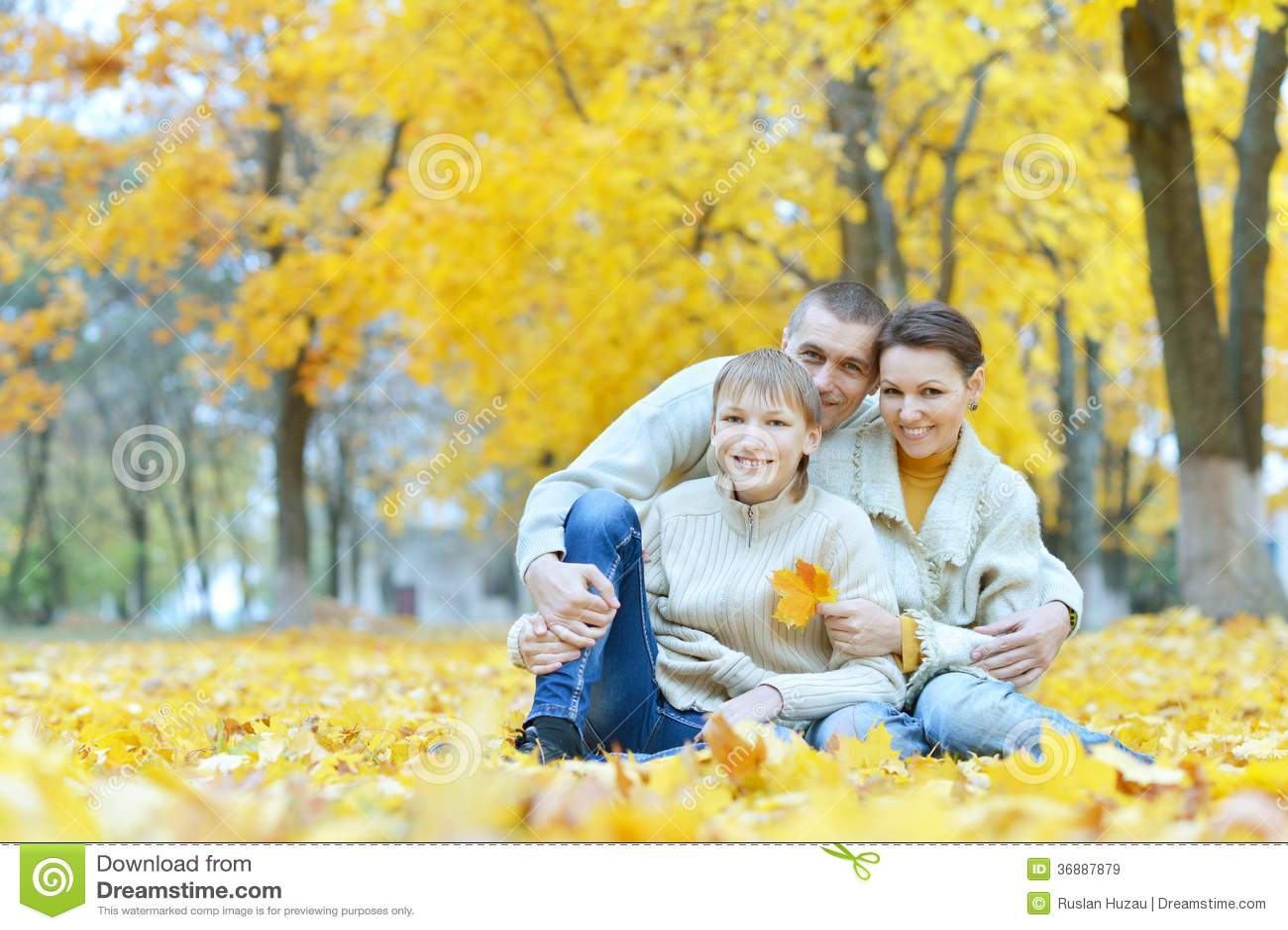 Download Famiglia felice in parco immagine stock. Immagine di europeo - 36887879