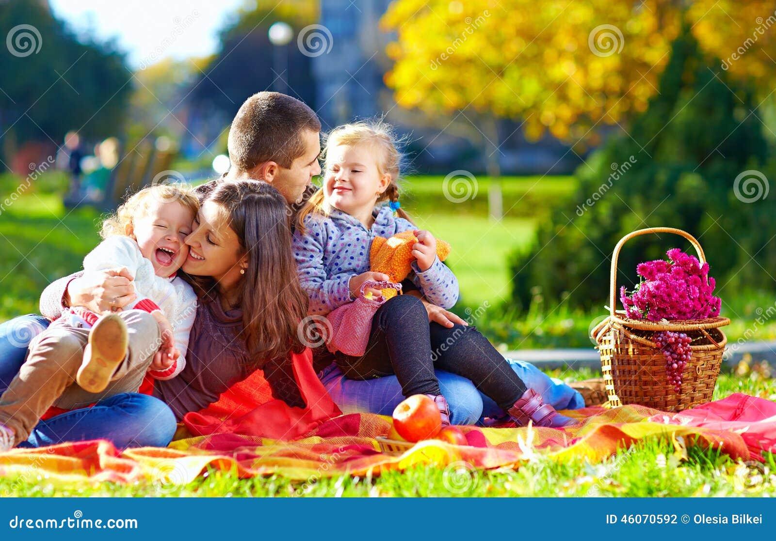 Famiglia felice sul picnic di autunno in parco