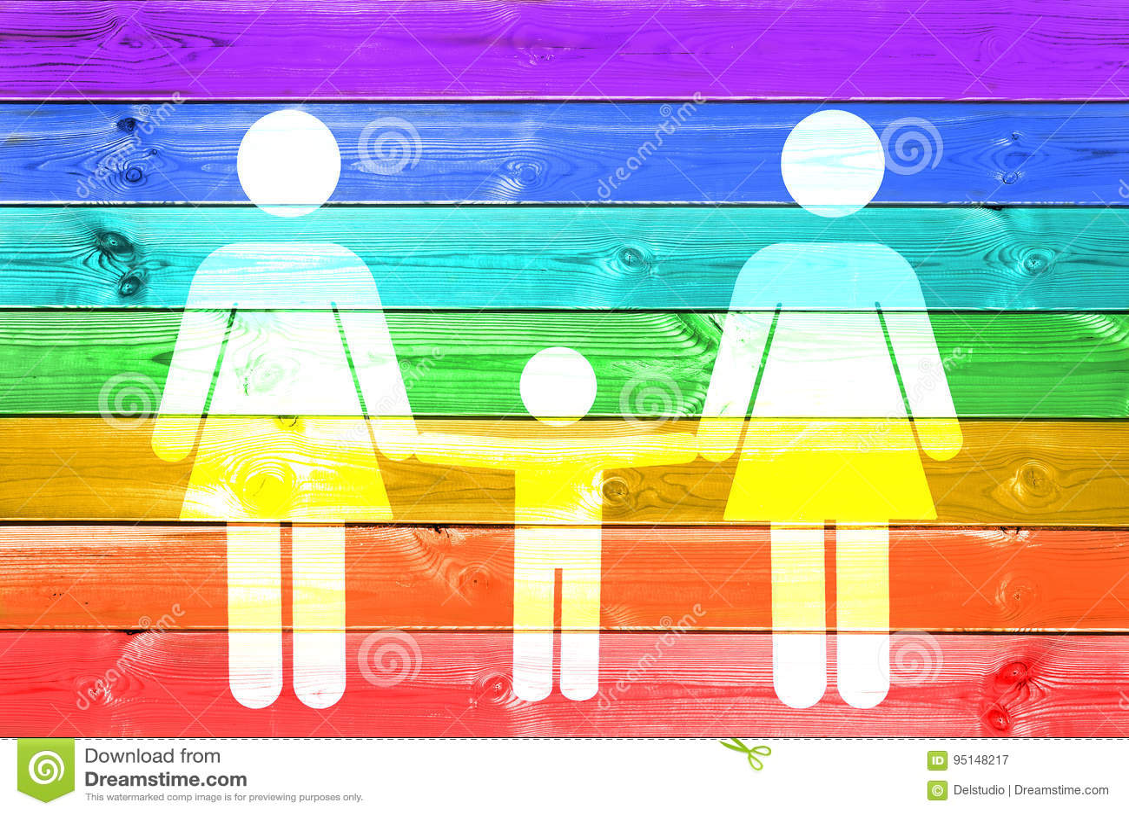 Famiglia lesbica con il segno bianco del bambino su un fondo di legno delle plance della bandiera gay dell arcobaleno