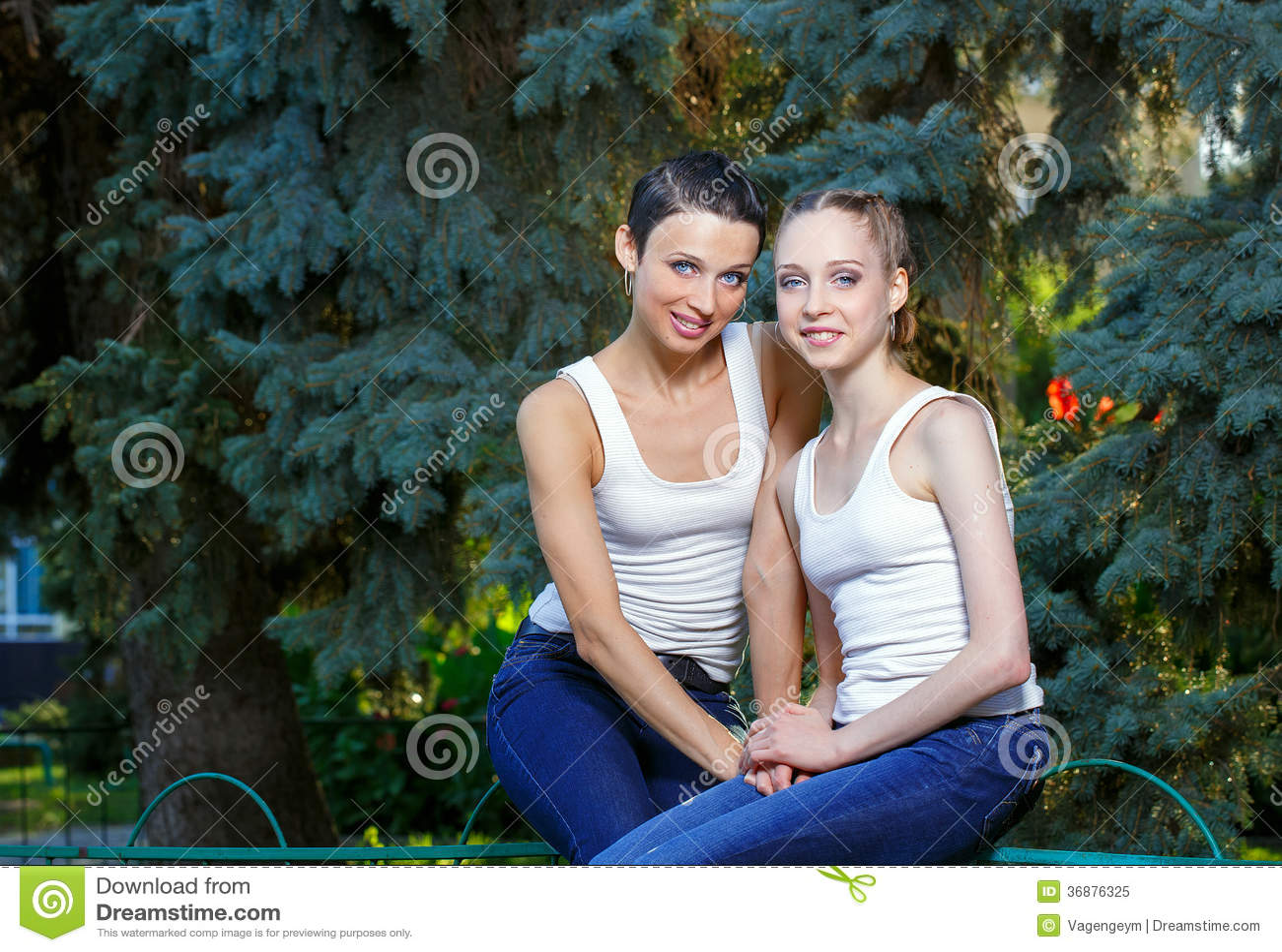 Download Famiglia, madre e figlia immagine stock. Immagine di ragazze - 36876325