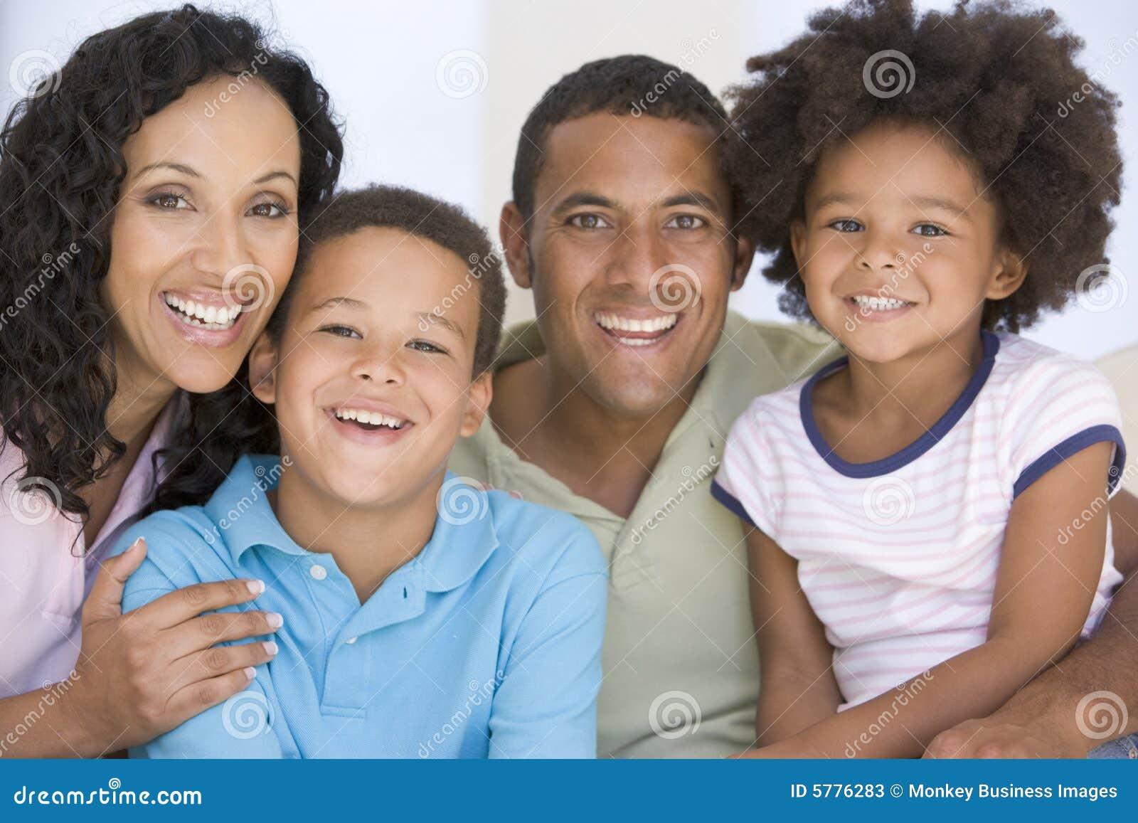Famiglia nel sorridere del salone