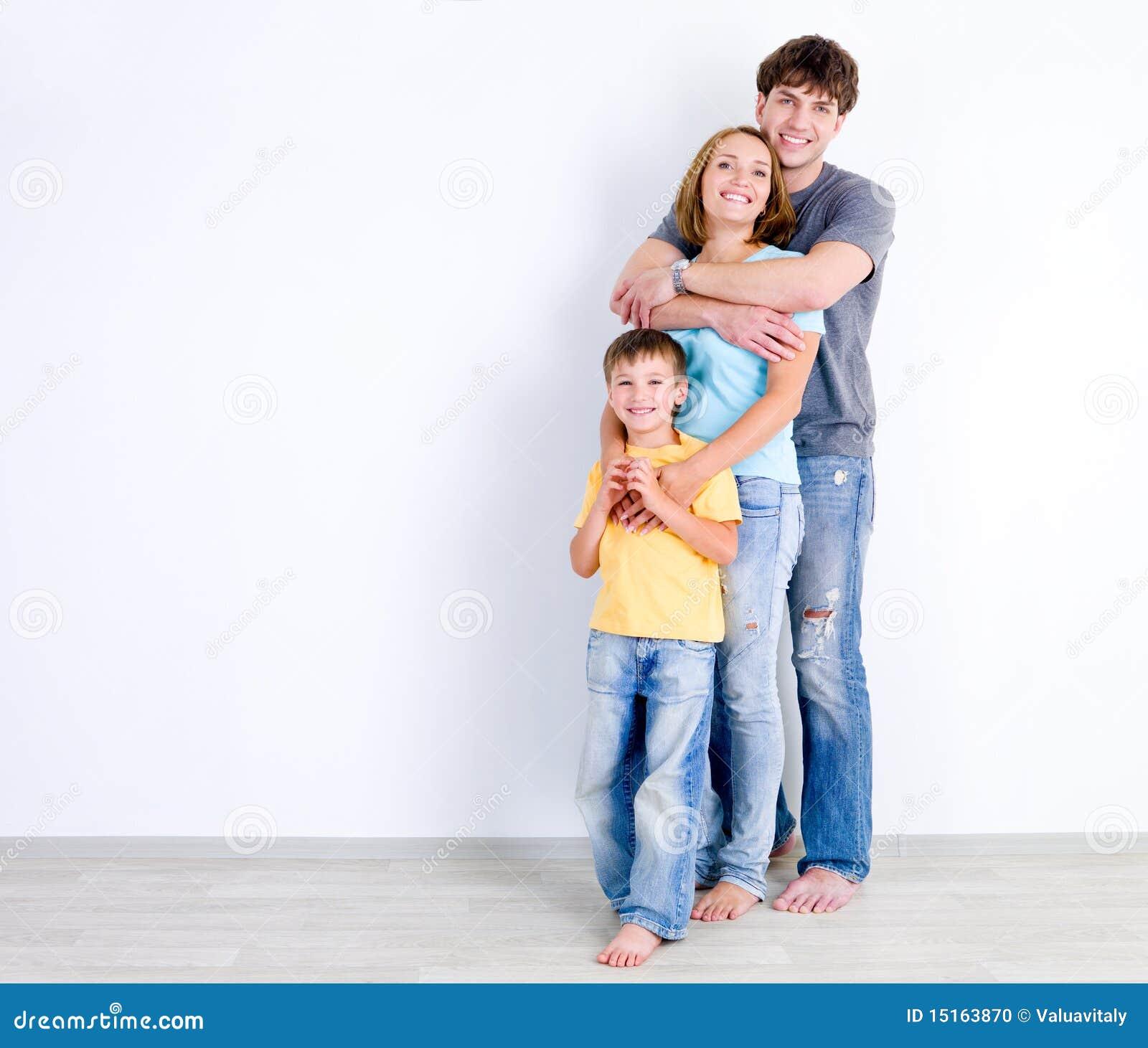 Famiglia nell 39 abbraccio vicino alla parete fotografia for Famiglia parete