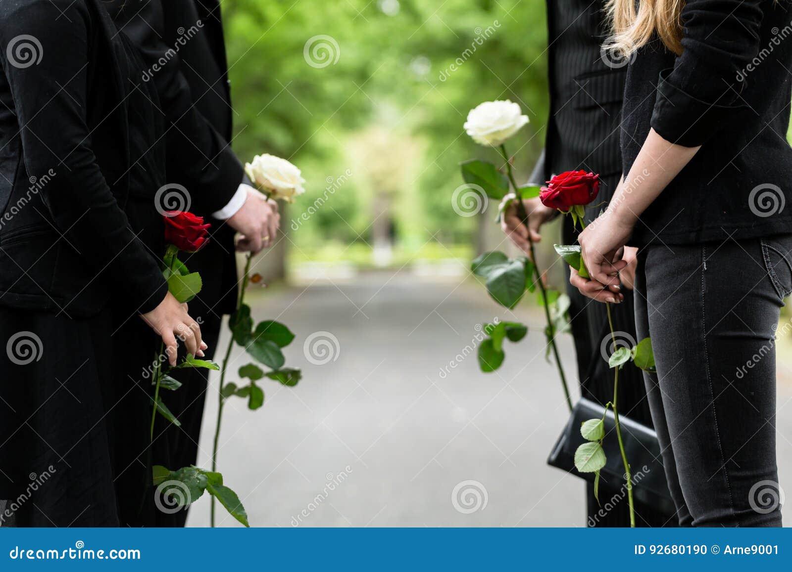 Famiglia nella guardia di onore al funerale