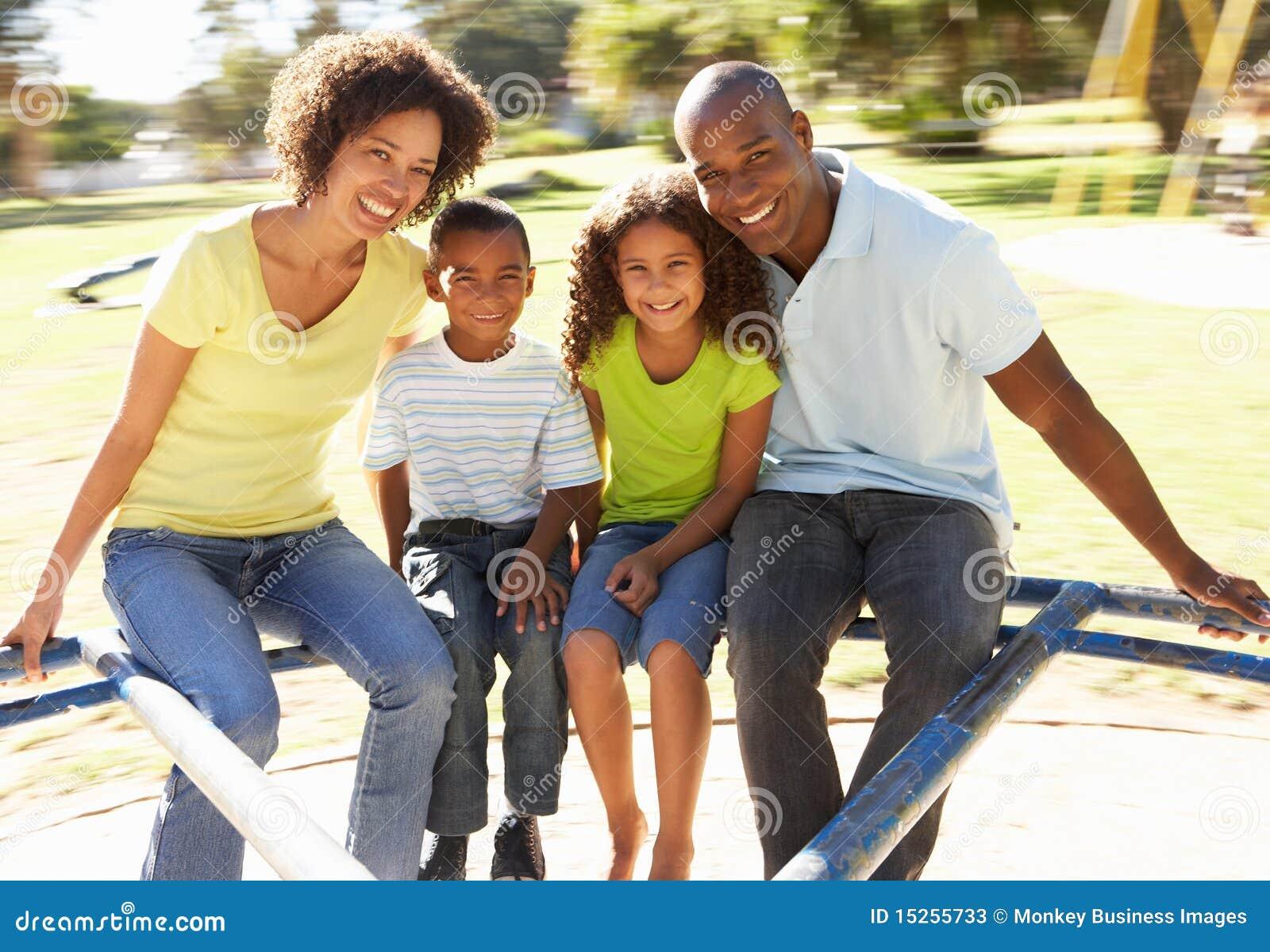 Famiglia nella guida della sosta sulla rotonda