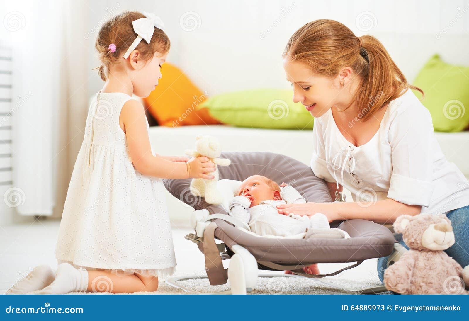 Famiglia neonato dei bambini e della madre e grande sorella