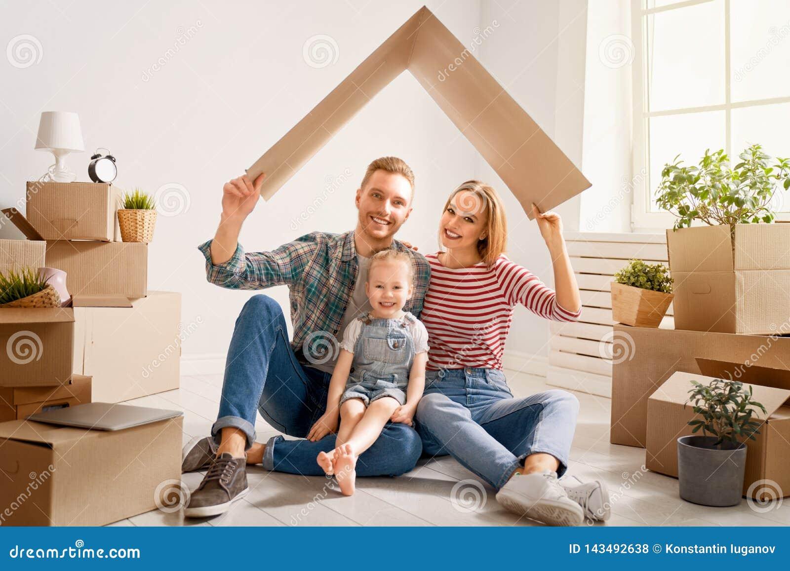 Famiglia in nuova casa