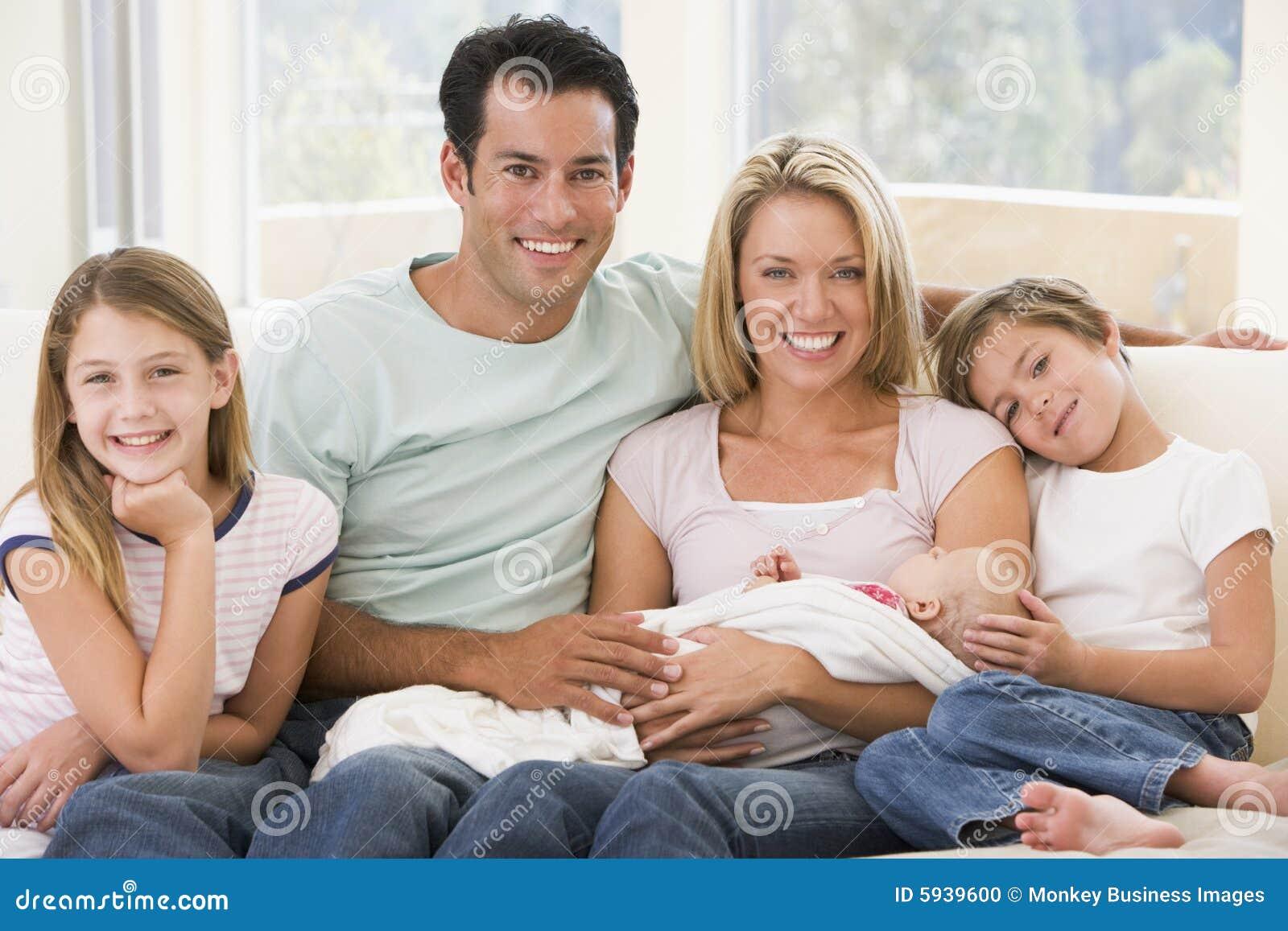 Famiglia in salone con il bambino