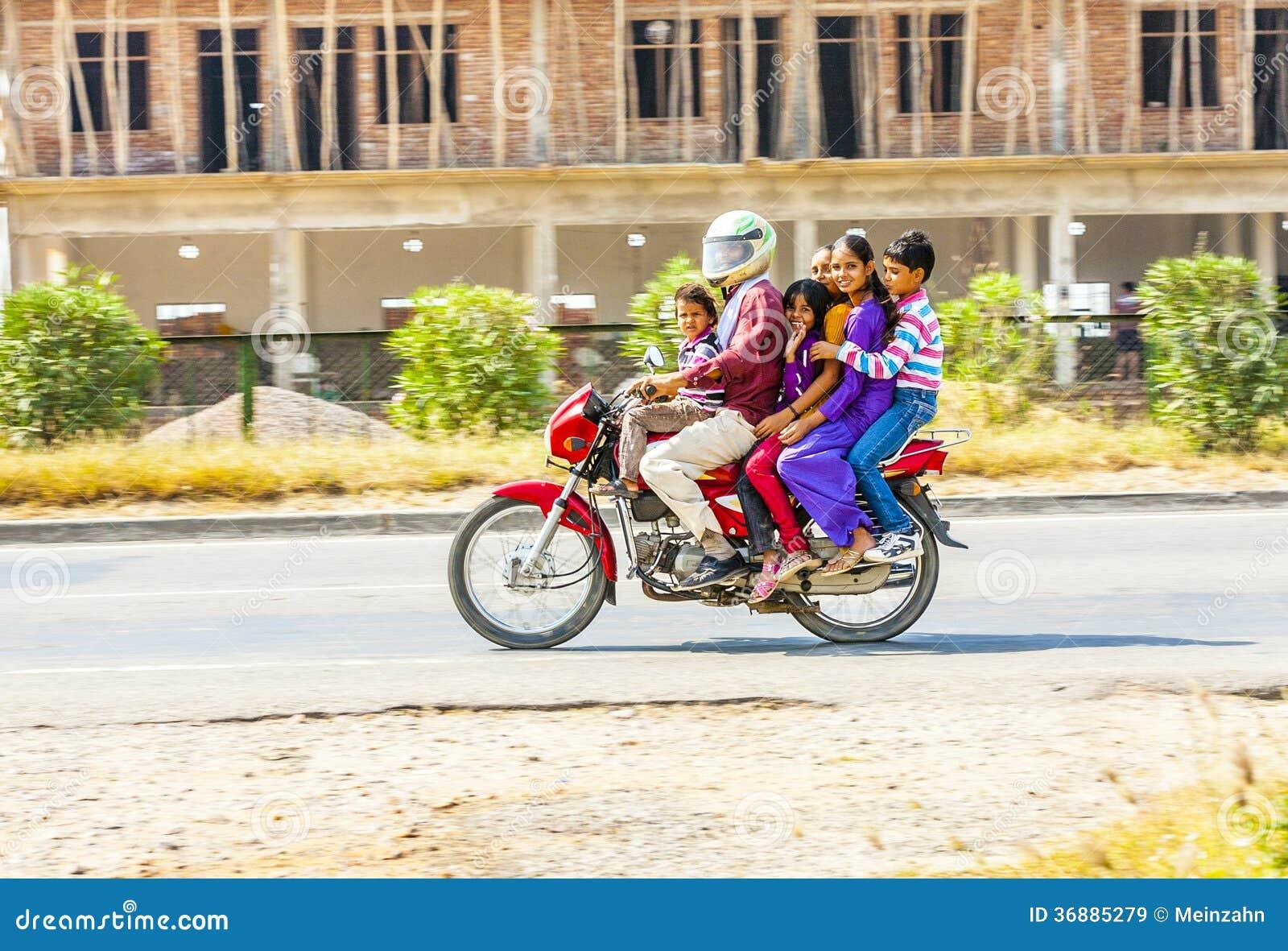 Download Famiglia su un motorino immagine stock editoriale. Immagine di india - 36885279