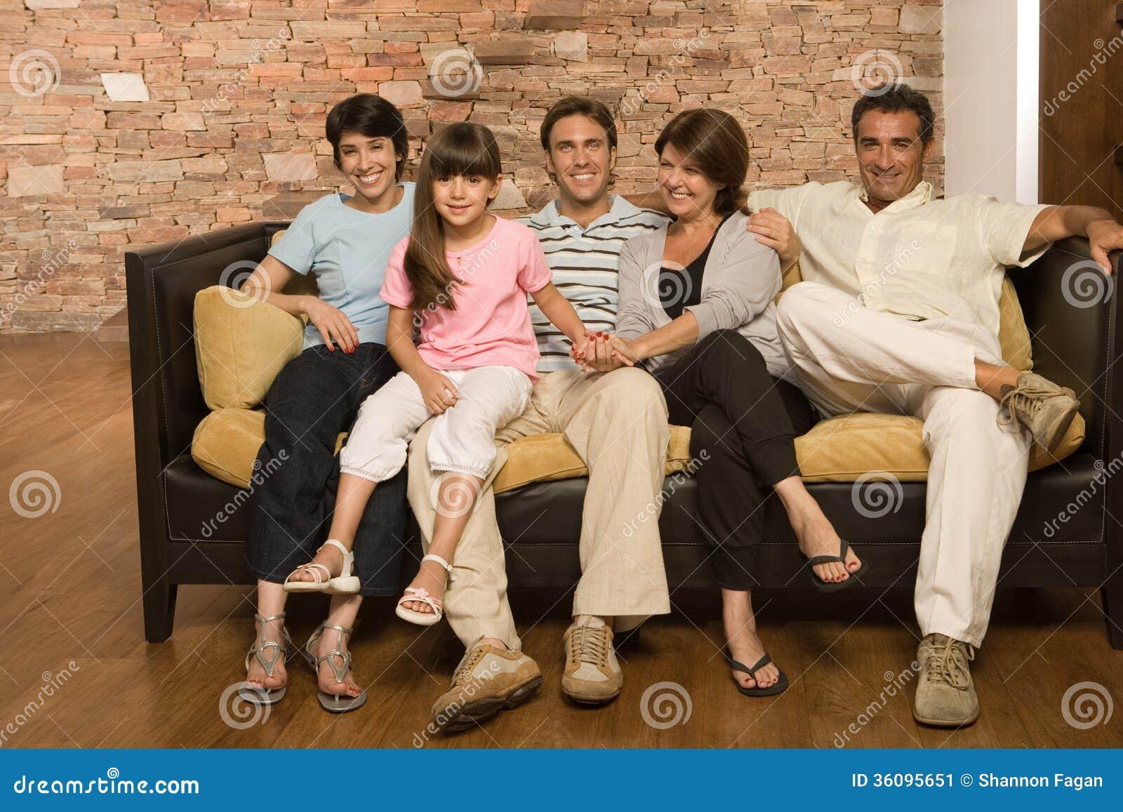 Famiglia su un sofà