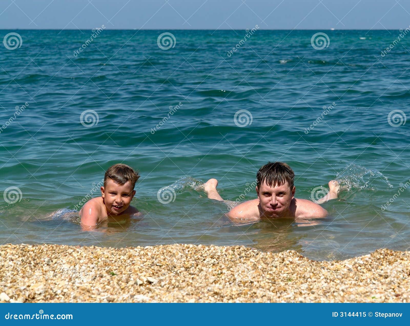 Famiglia su una spiaggia