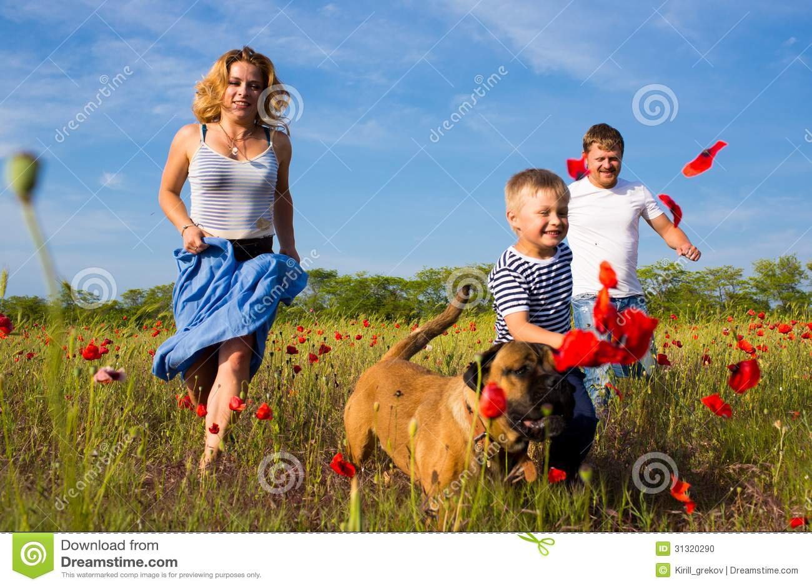 Famiglia sul prato del papavero