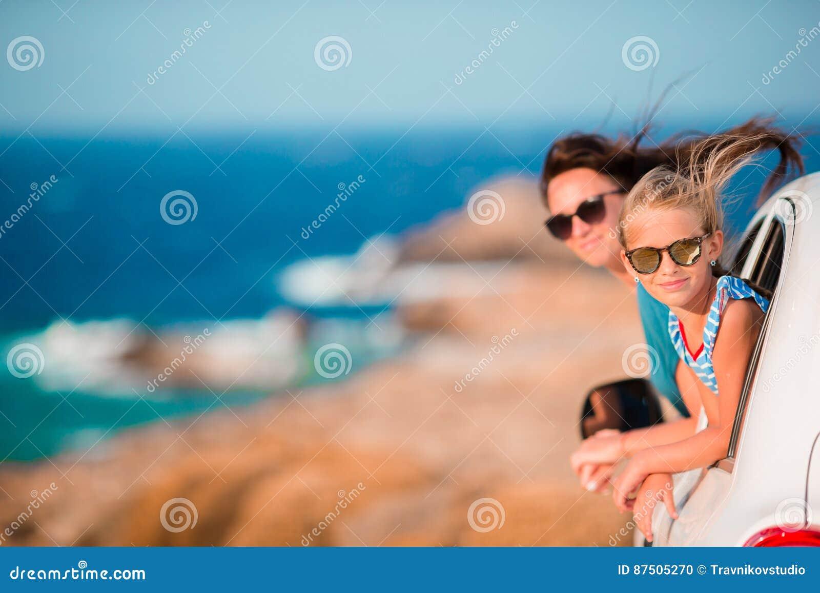 Famiglia sul viaggio europeo di vacanza di estate in macchina